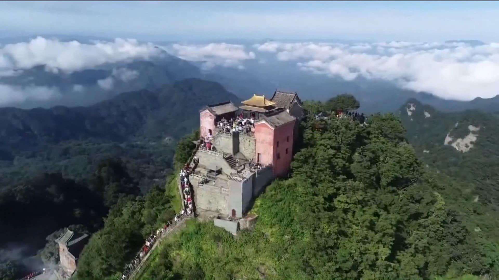 مزارات طاوية وشلالات مذهلة.. هذه بعض الوجهات السياحية الأكثر شعبية في الصين