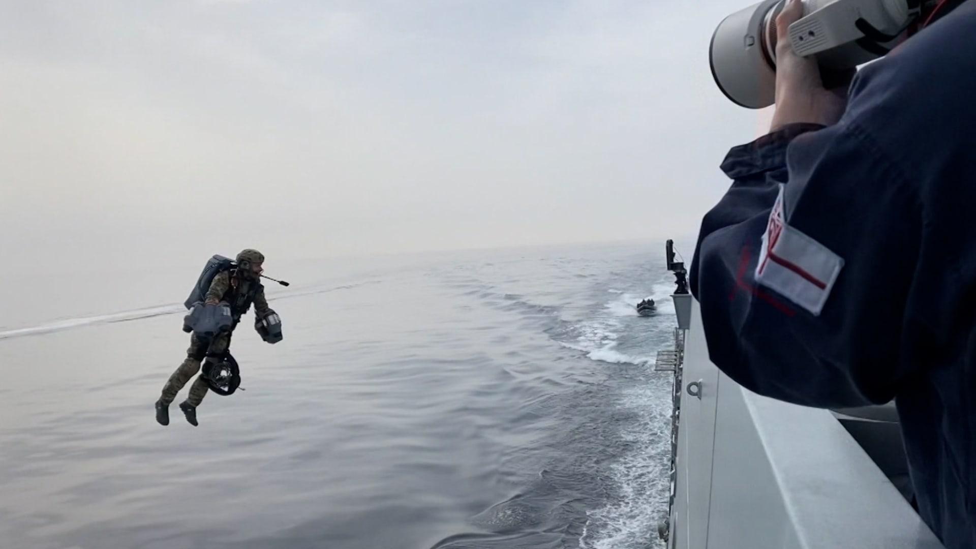 البحرية الملكية البريطانية تختبر بدلة نفاثة تتحدى الجاذبية.. إليكم كيف تعمل