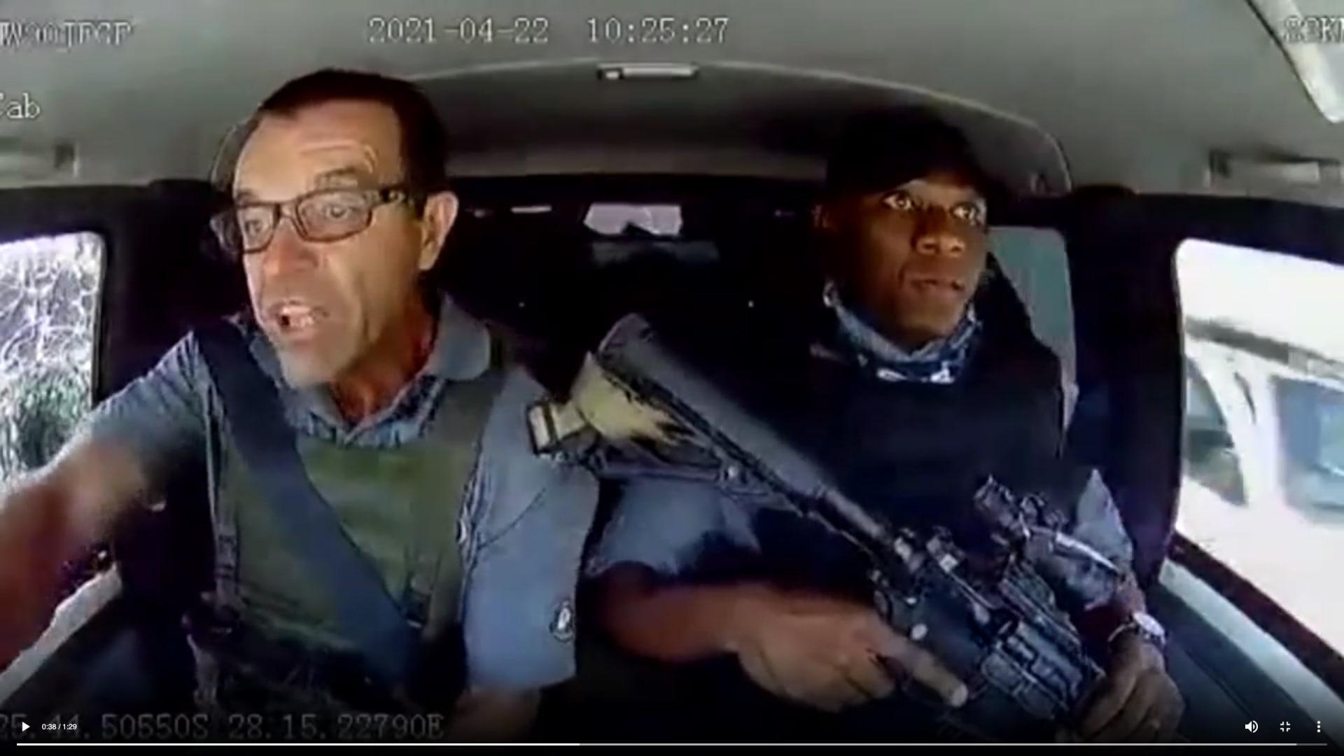 فيديو يُظهر لحظة تعرض عربة نقل أموال لكمين مسلح على طريق سريع.. وكيف نجت منه