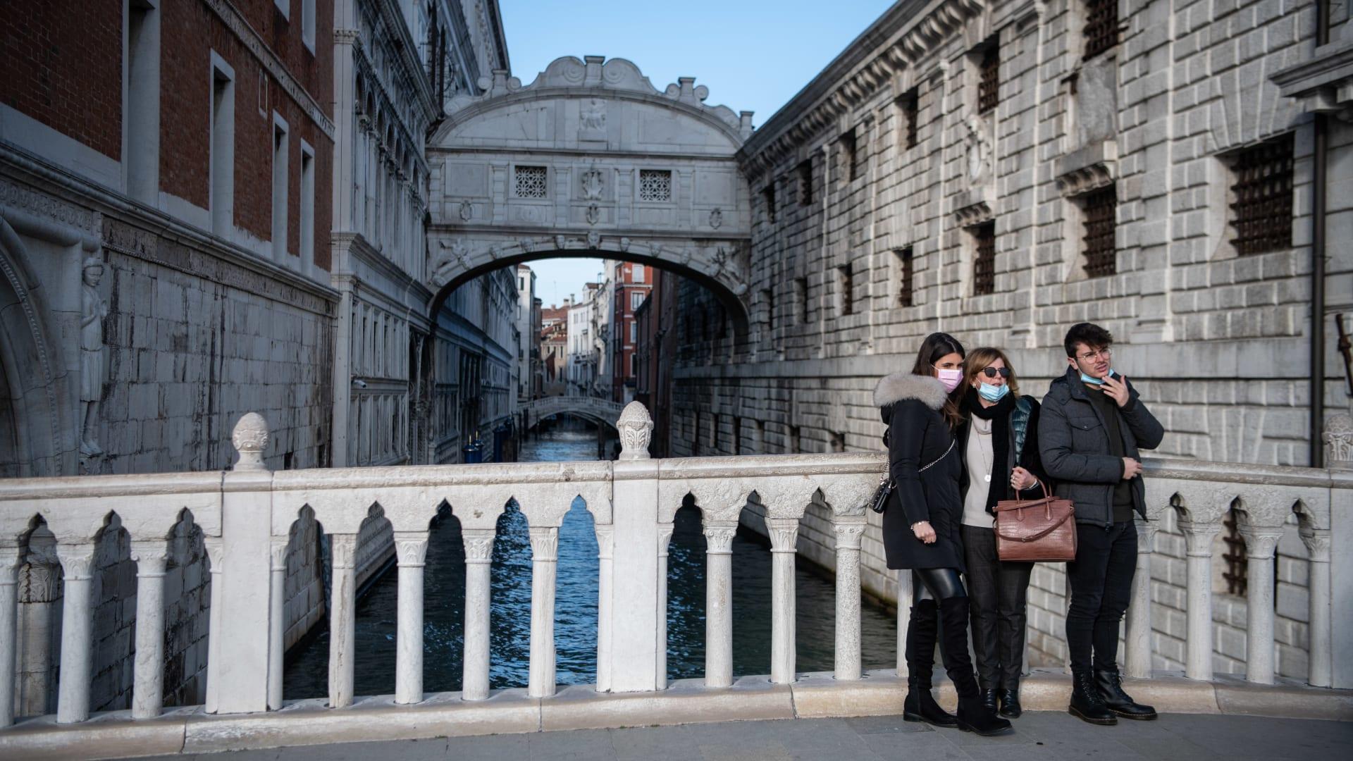مع تراجع كورونا.. رئيس الوزراء الإيطالي يدعو السياح لحجز عطلاتهم في البلاد