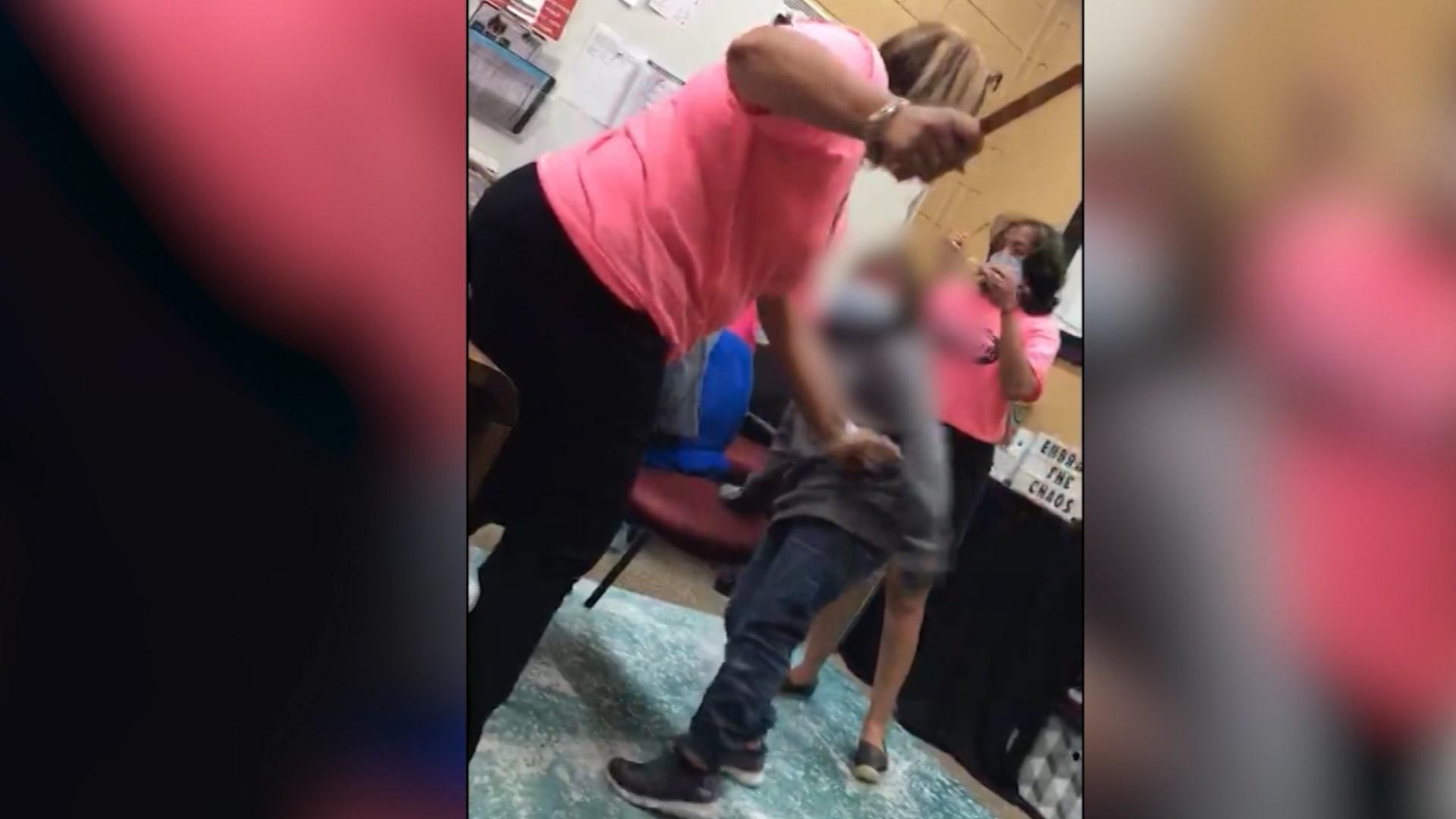 أم تصور سرا معلمة تضرب ابنتها بعصا مجداف