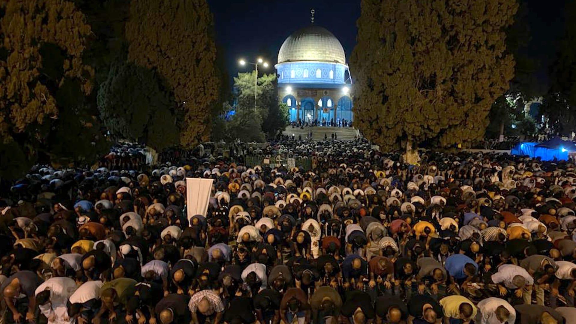 فلسطينيون يصلون في باحات المسجد الأقصى بليلة القدر - تصوير فراس دبس