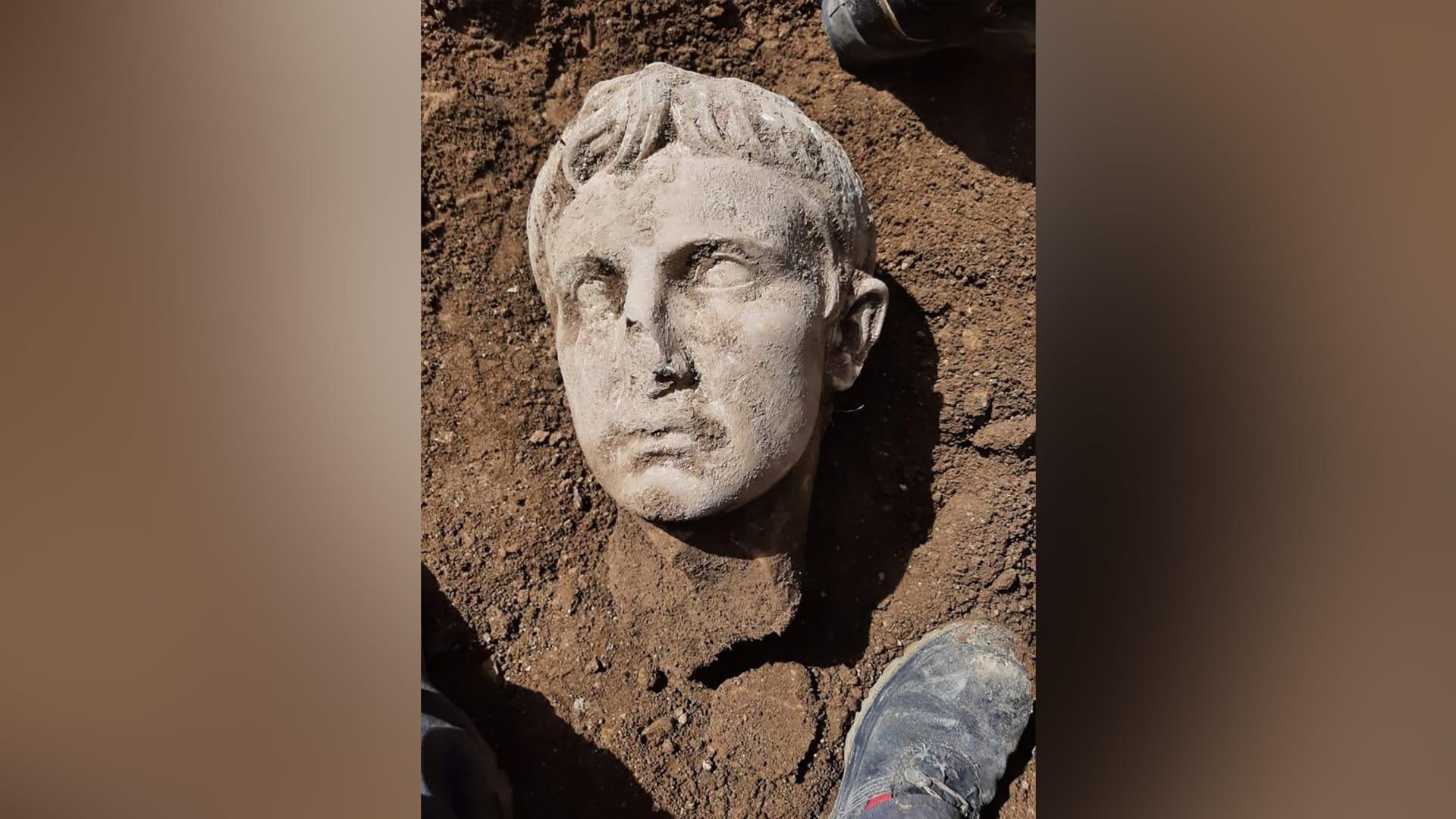 عمره ألفي عام.. اكتشاف رأس رخامي لأول إمبراطور لروما في إيطاليا