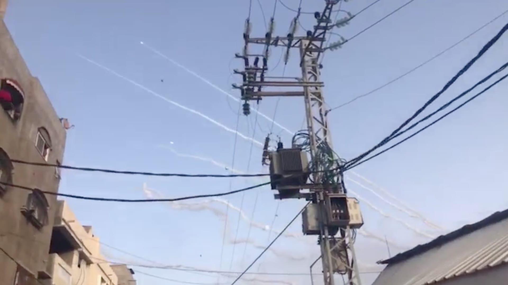 شاهد وابل الصواريخ التي تم إطلاقها من قطاع غزة باتجاه إسرائيل
