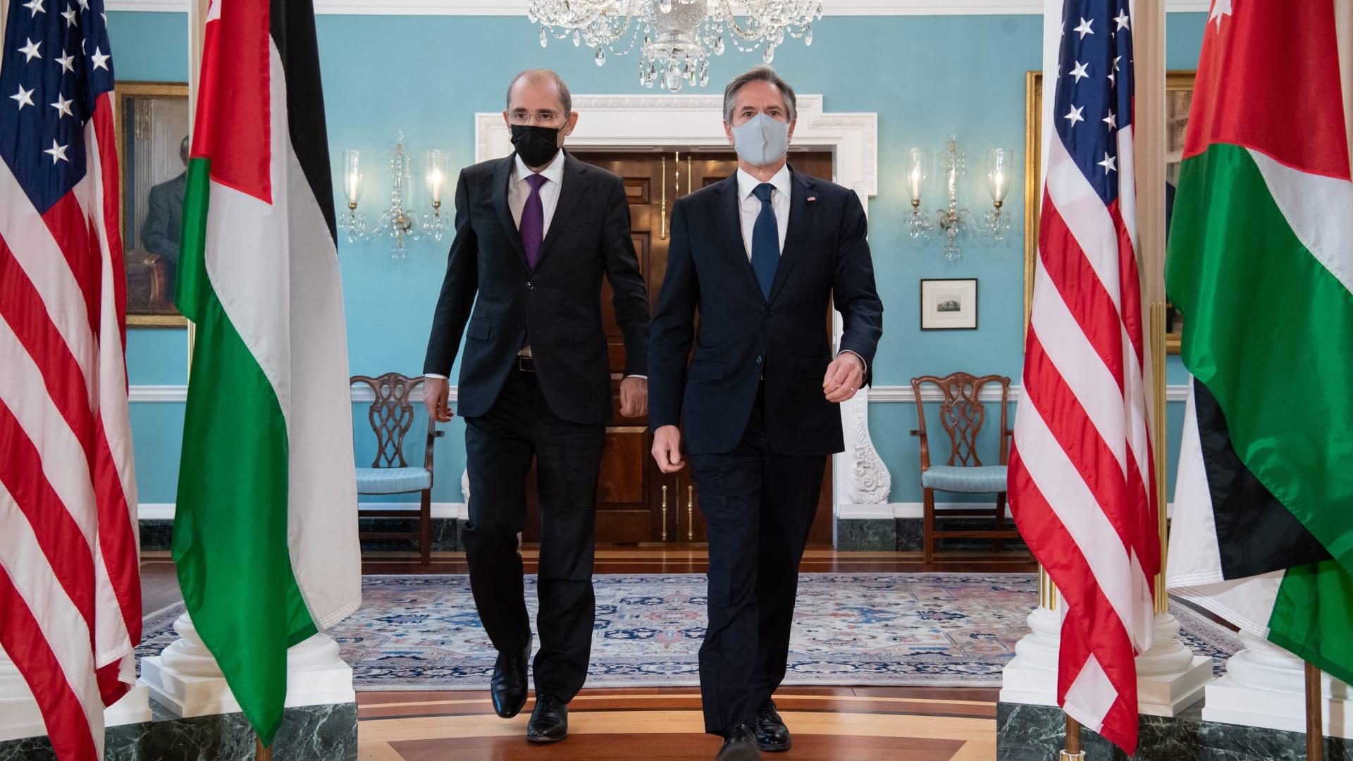 وزير الخارجية الأمريكي، انتوني بلينكن (يمين) ونظيره الأردني، أيمن الصفدي
