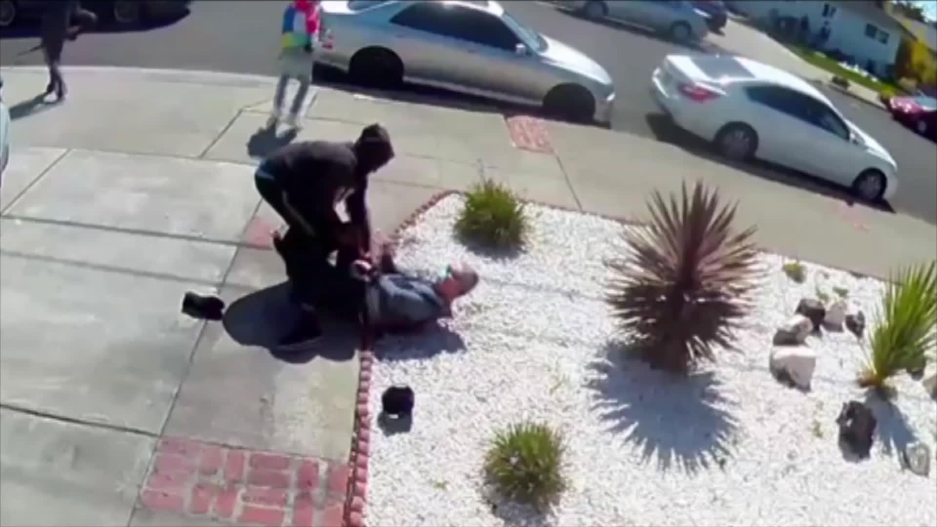 ضربوه وسرقوه وسخروا منه.. مراهقون يعتدون على أمريكي آسيوي عمره 80 عاماً