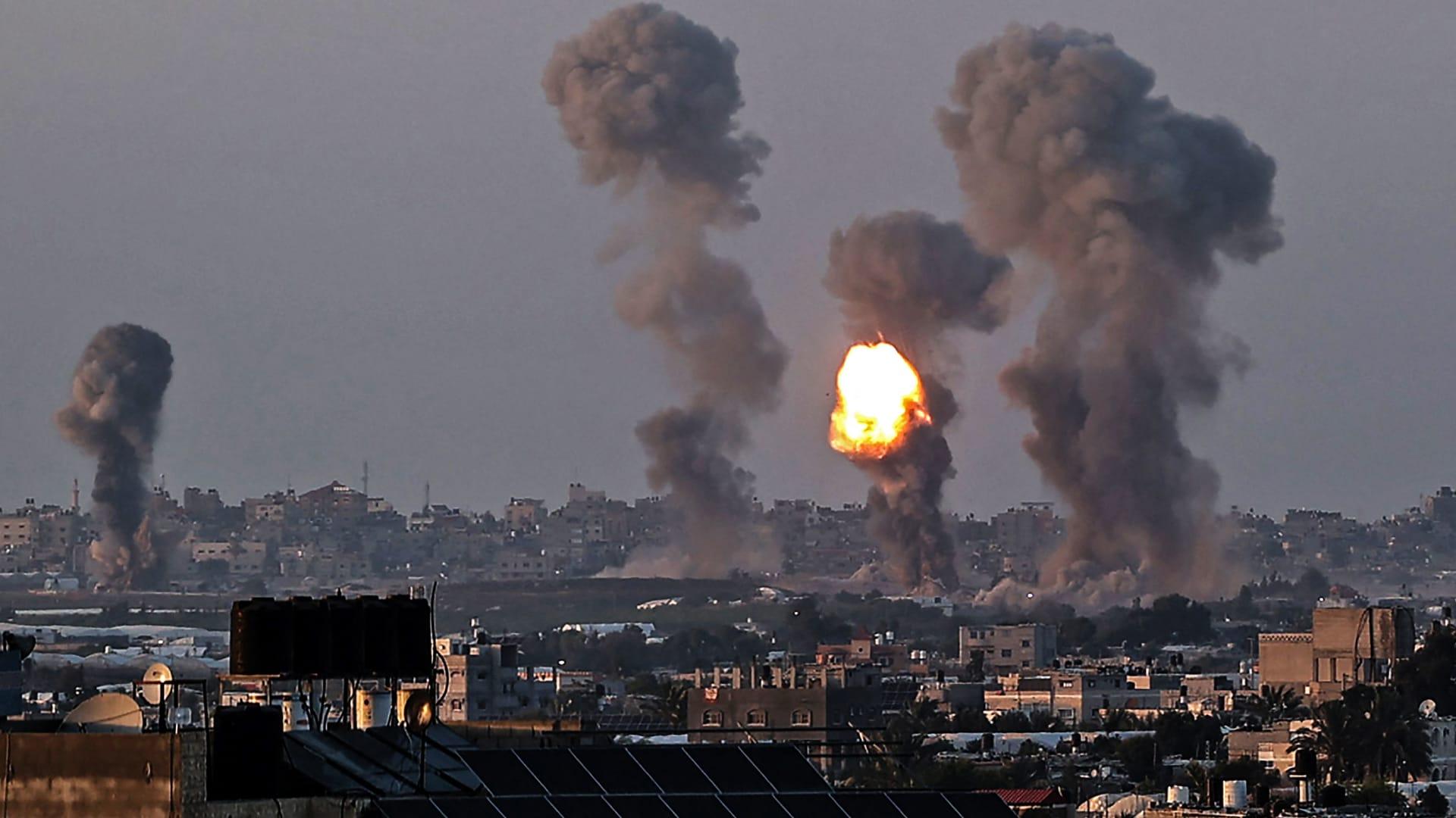 تصاعد أعمدة الدخان في غزة بعد غارة إسرائيلية، الاربعاء