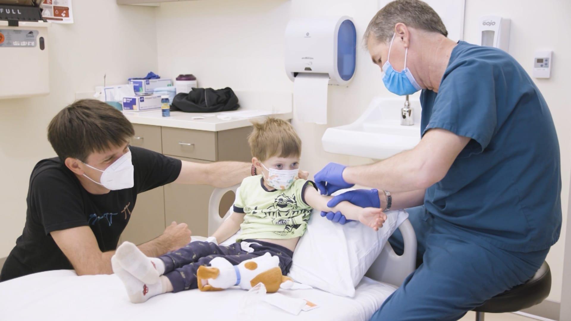 تردد الآباء والأمهات لتطعيم أطفالهم قد يكون العقبة القادمة في جائحة كورونا