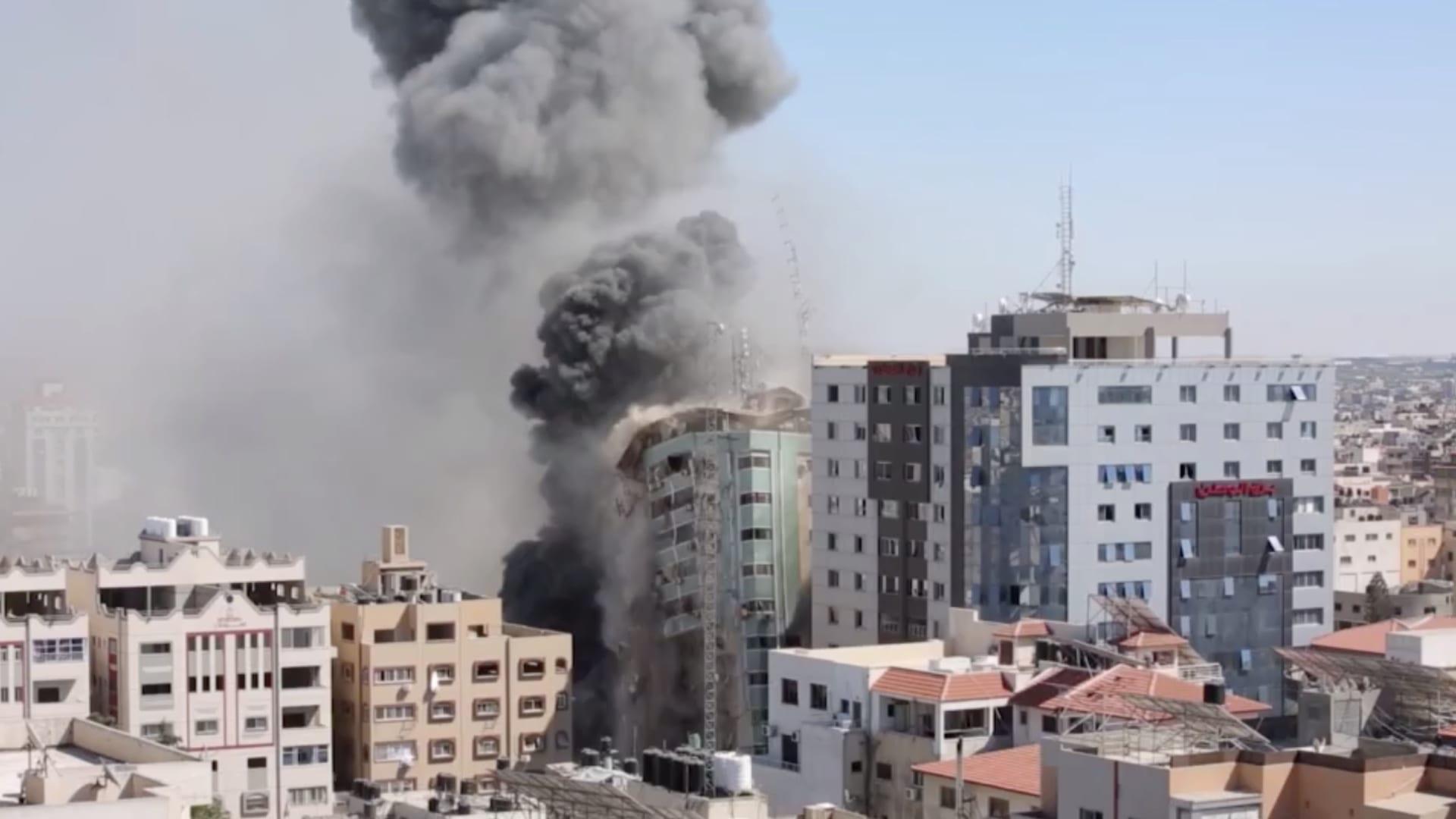شاهد.. غارة جوية تسقط مبنى الجلاء في غزة وصواريخ فلسطينية تقصف إسرائيل