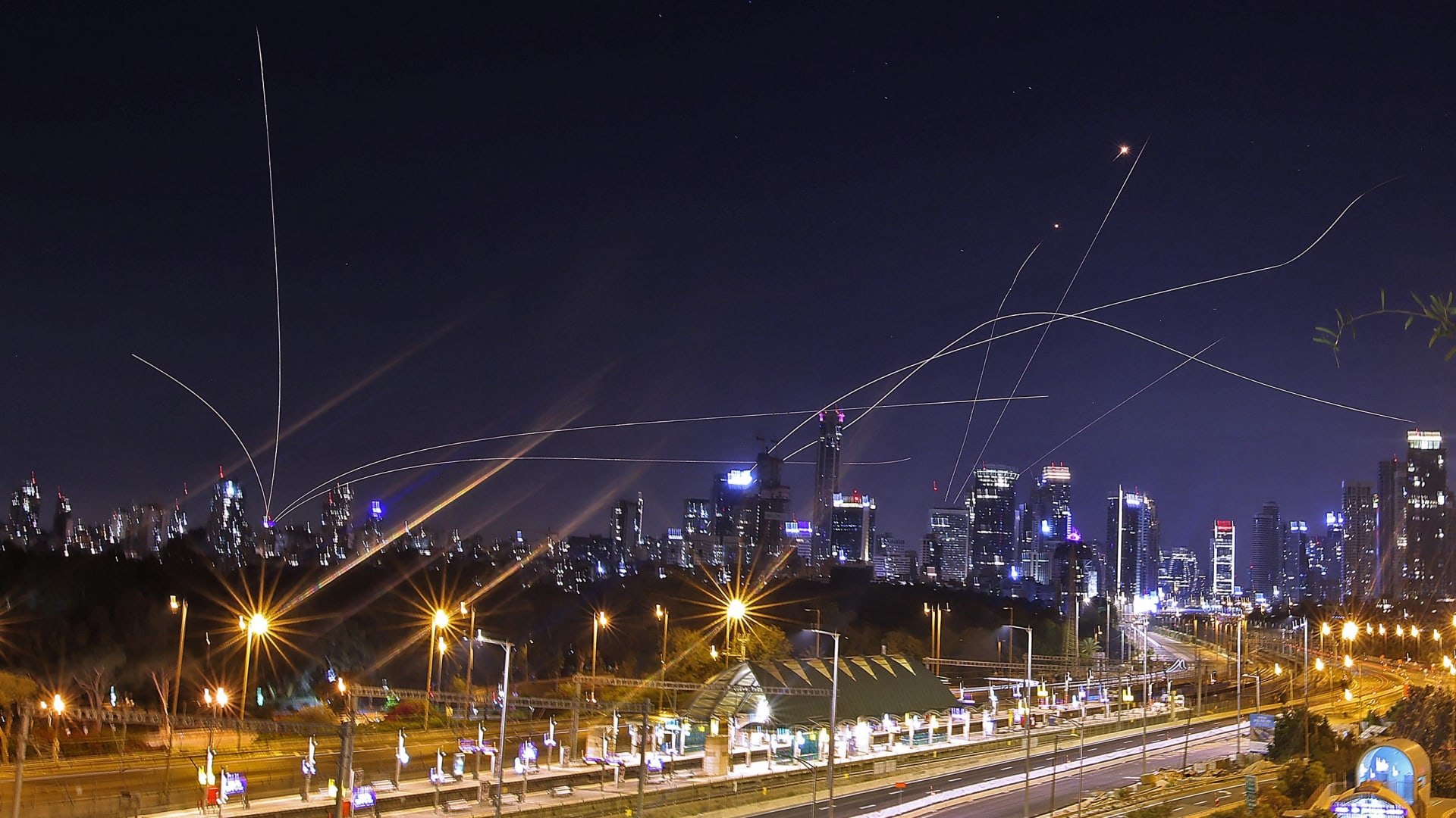 غزة وإسرائيل.. يوم جديد من القصف المتبادل وصواريخ فلسطينية تضيء ليل تل أبيب