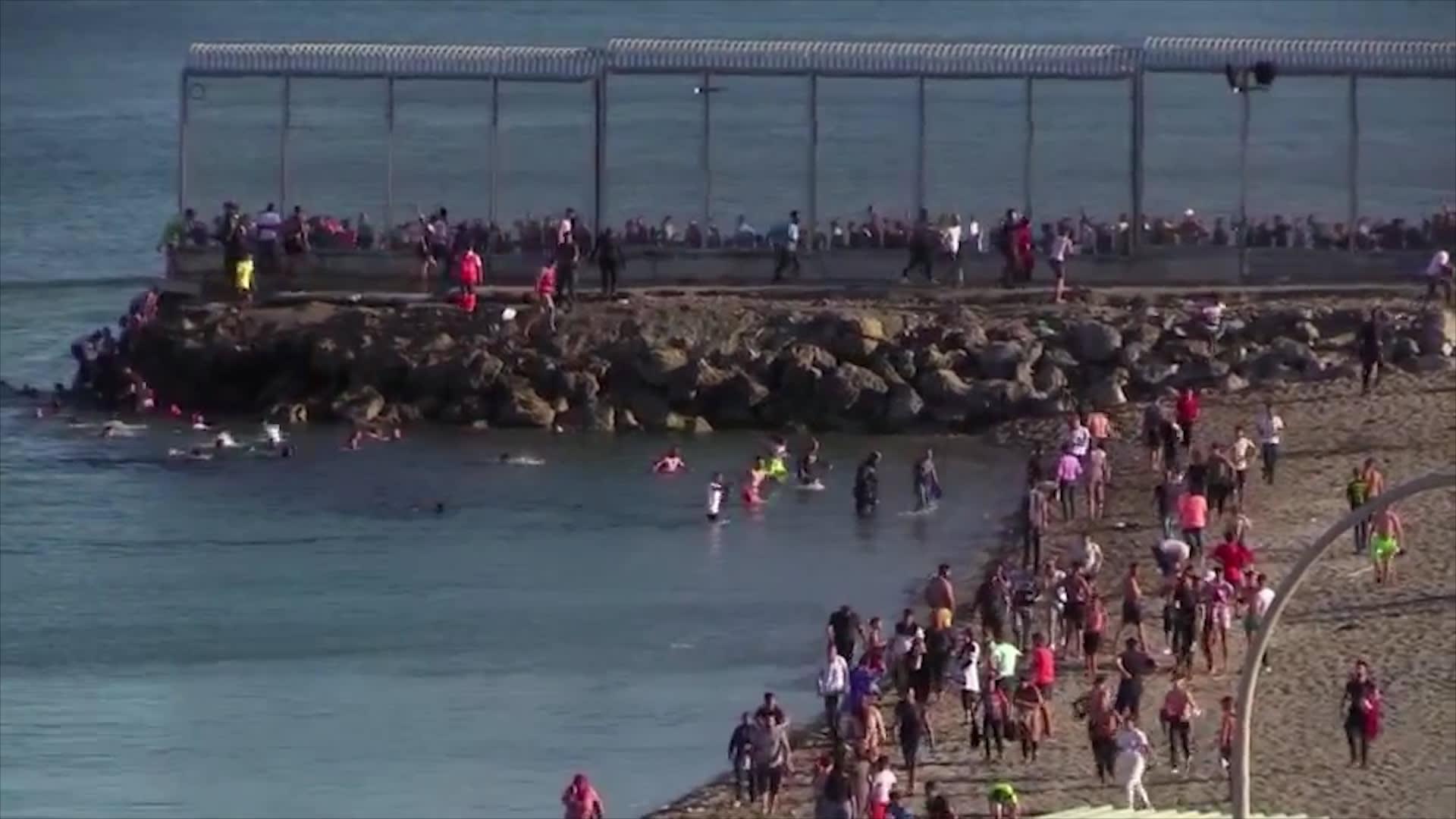 5000 مهاجر غير شرعي يسبحون من المغرب إلى جيب سبتة الإسباني