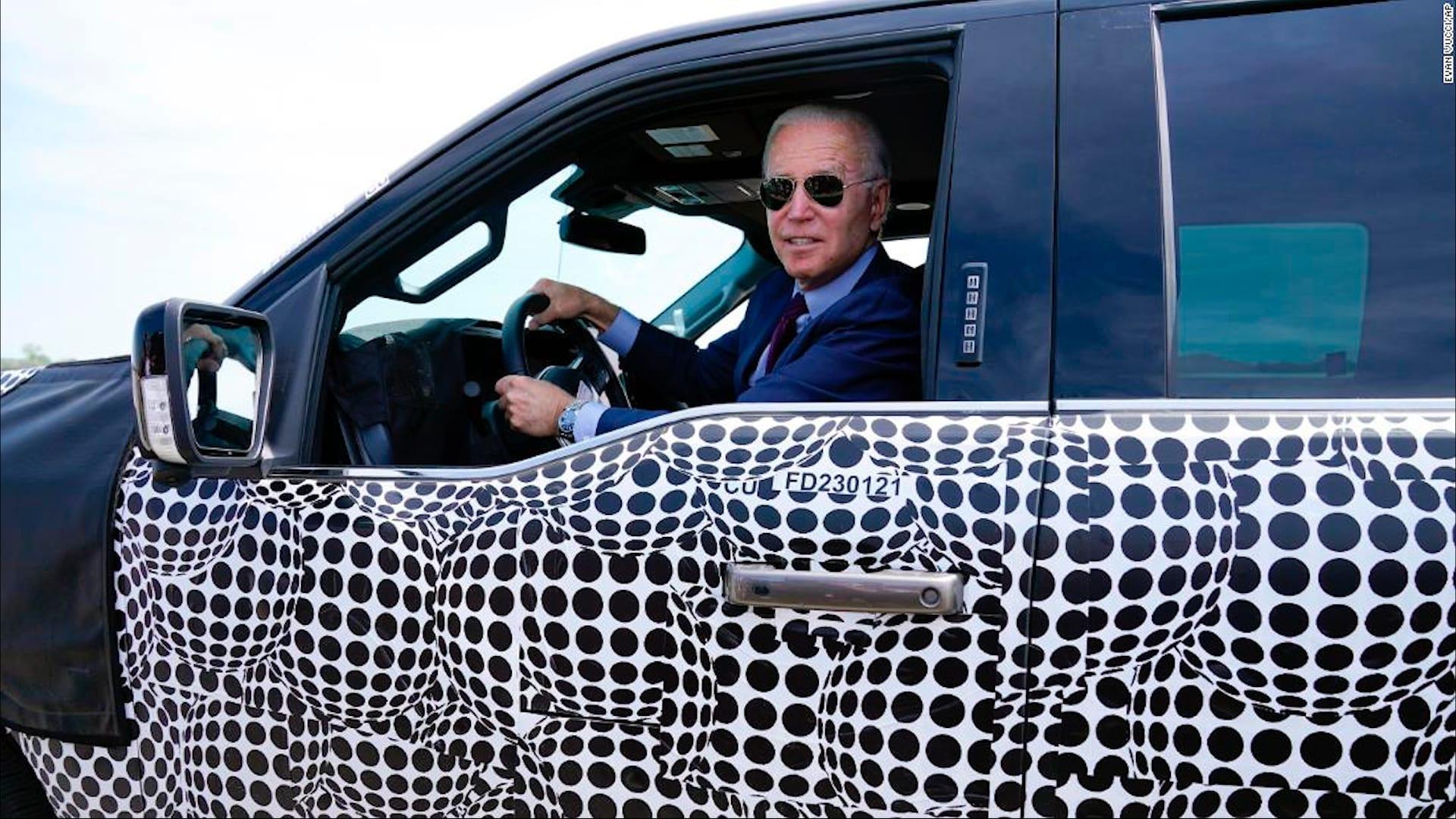 شاهد.. بايدن يختبر قيادة شاحنة فورد الكهربائية الجديدة