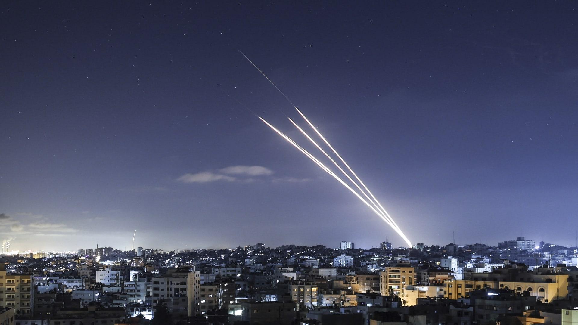 إطلاق صواريخ باتجاه إسرائيل من مدينة غزة في 18 مايو 2021.
