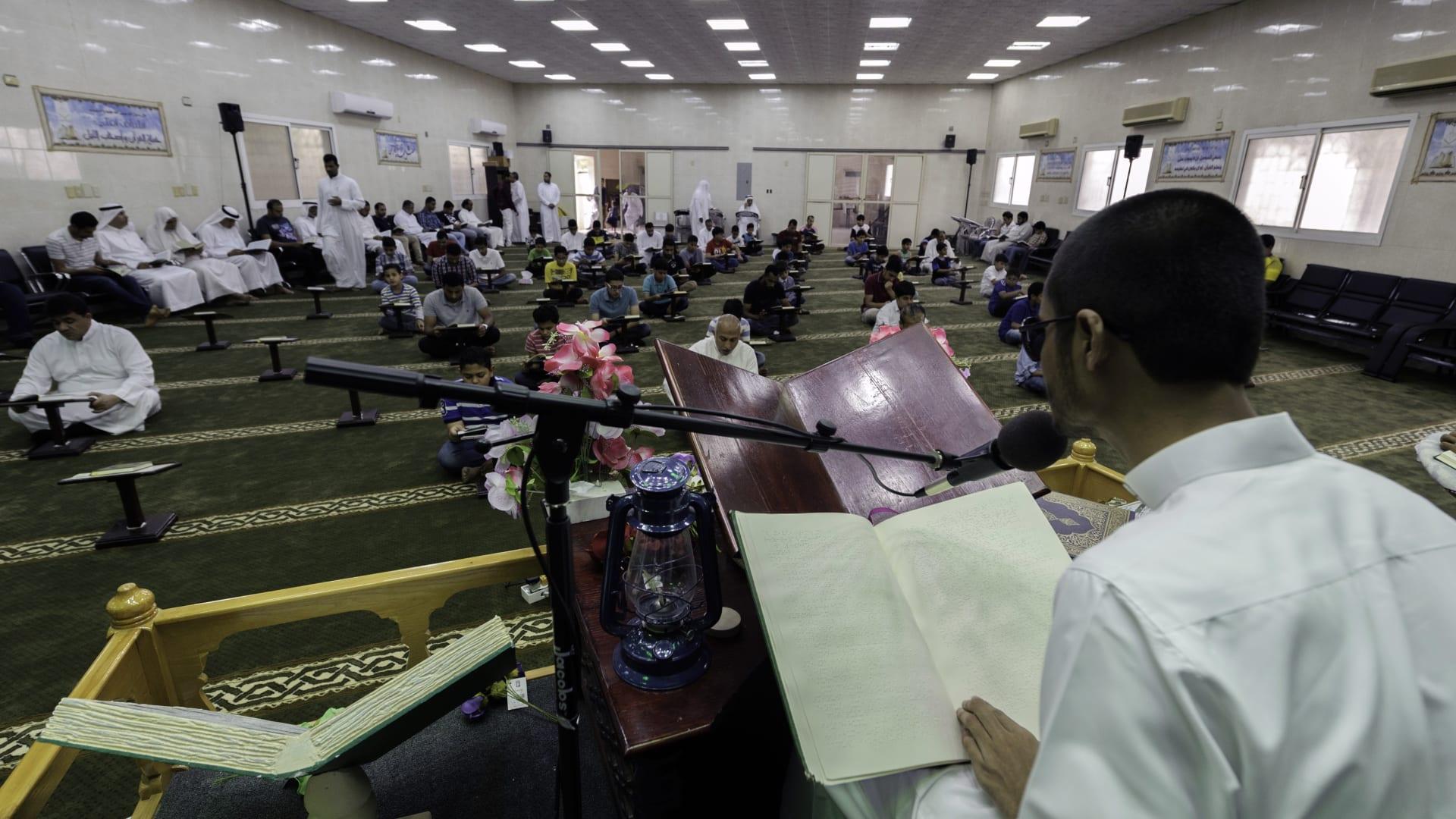 صورة ارشيفية من داخل أحد المساجد في السعودية