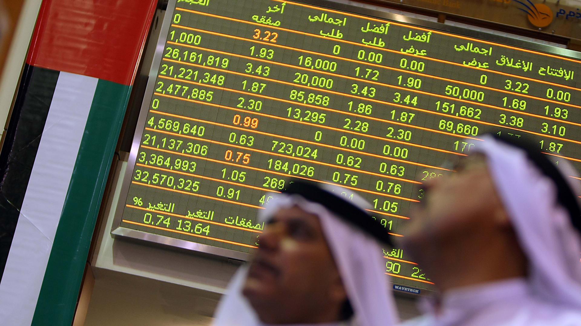 يتابع التجار الإماراتيون نشاط سوق الأسهم في سوق دبي المالي في 6 ديسمبر 2009.