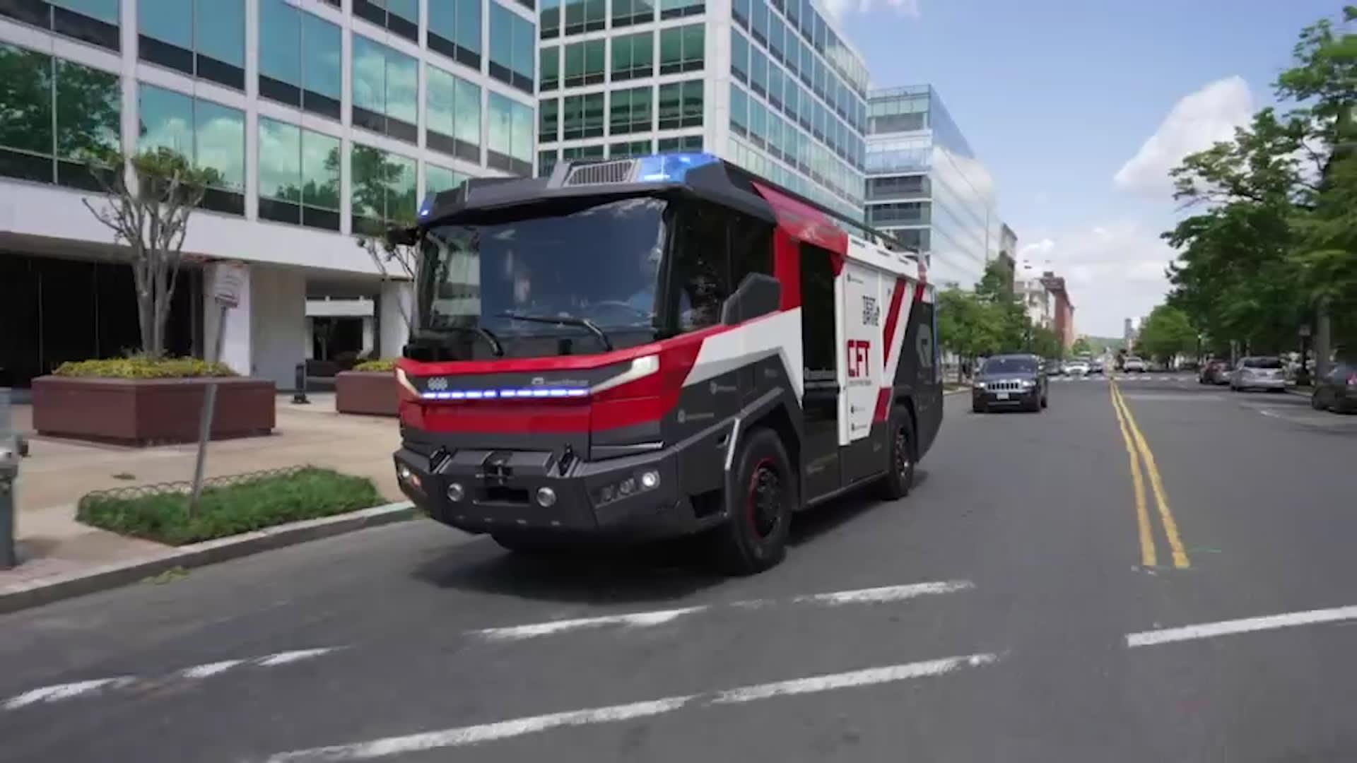 شاهد.. شاحنة إطفاء كهربائية خالية من الانبعاثات.. هكذا تعمل
