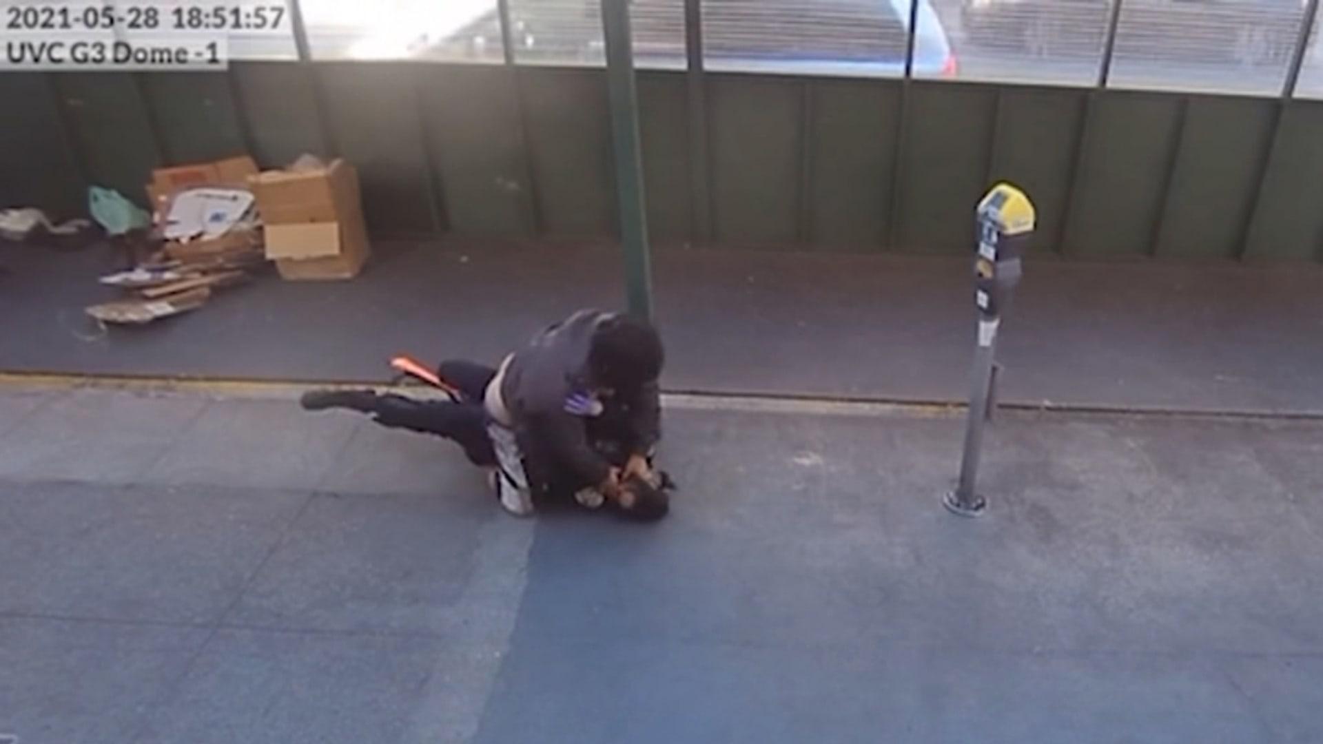 شاهد المارة يندفعون لمساعدة شرطية أمريكية تتعرض لاعتداء من رجل في سان فرانسيسكو