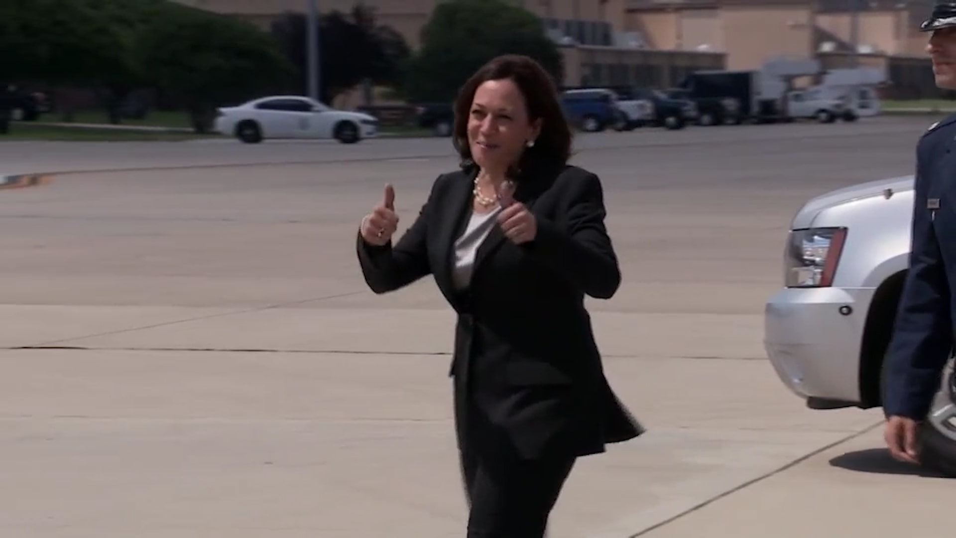 طائرة كمالا هاريس تعود إلى القاعدة الجوية بعد مشكلة تقنية
