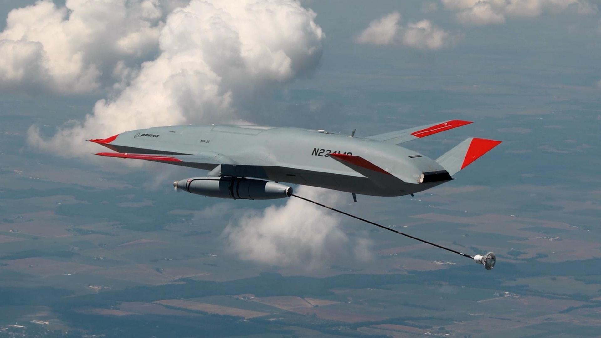 شاهد أول طائرة بدون طيار في العالم تابعة للبحرية الأمريكية تقوم بتزويد طائرة مقاتلة بالوقود