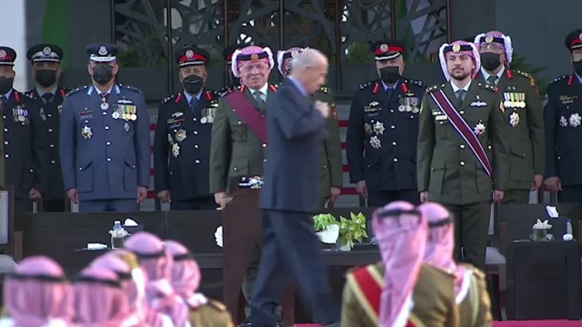 ردة فعل ملك الأردن خلال مراسم تسليم أوسمة مع رئيس المخابرات الأسبق يثير تفاعلا