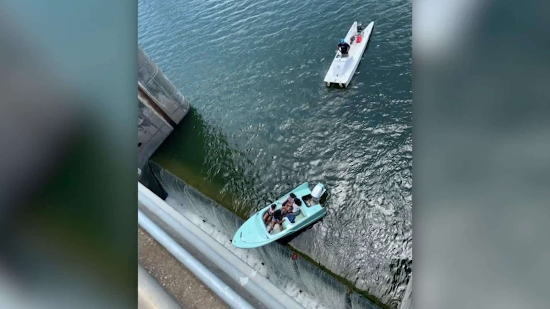 نجو من حادث مريع.. إنقاذ 4 أشخاص من قارب متدل على حافة سد