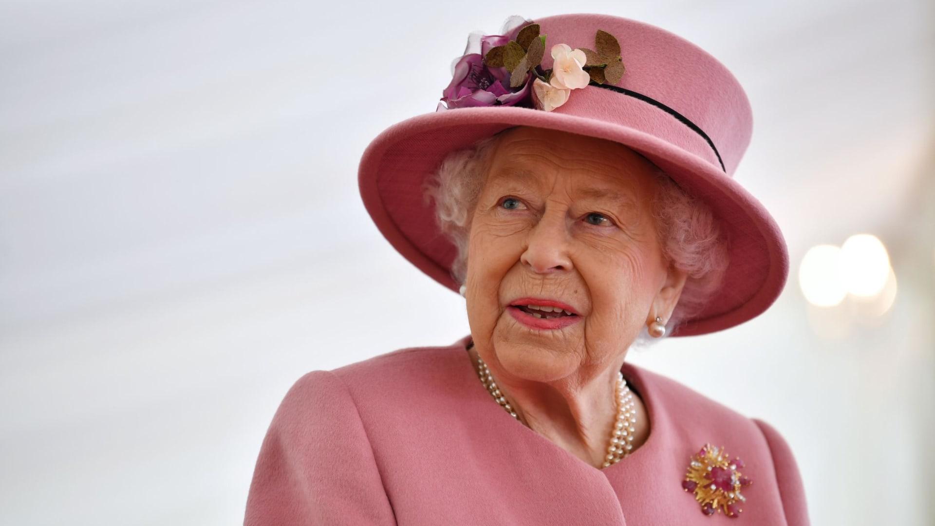 ألوان زاهية وأنماط مميزة.. إليكم نظرة عميقة داخل أسلوب الأزياء الفريد للملكة إليزابيث