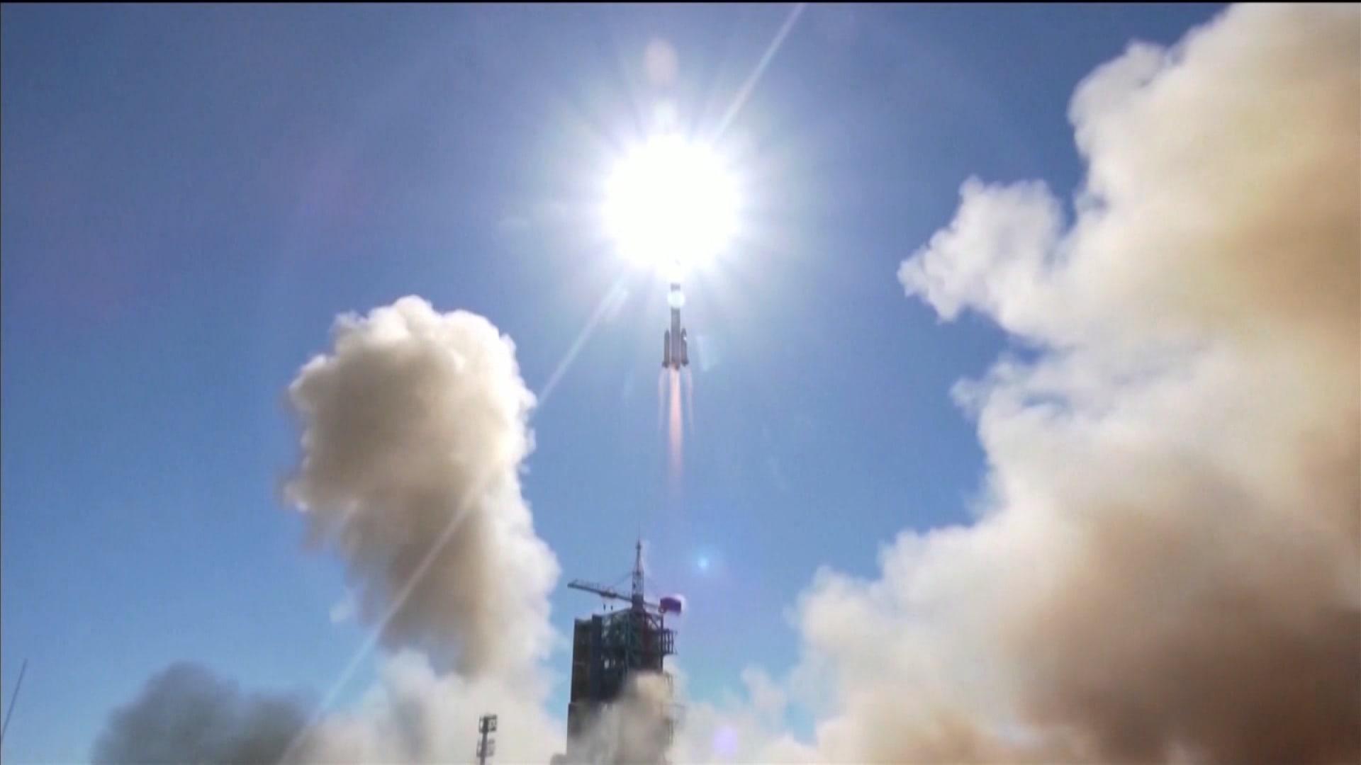 شاهد إطلاق الصين لصاروخ يحمل 3 رواد فضاء إلى محطتها الخاصة