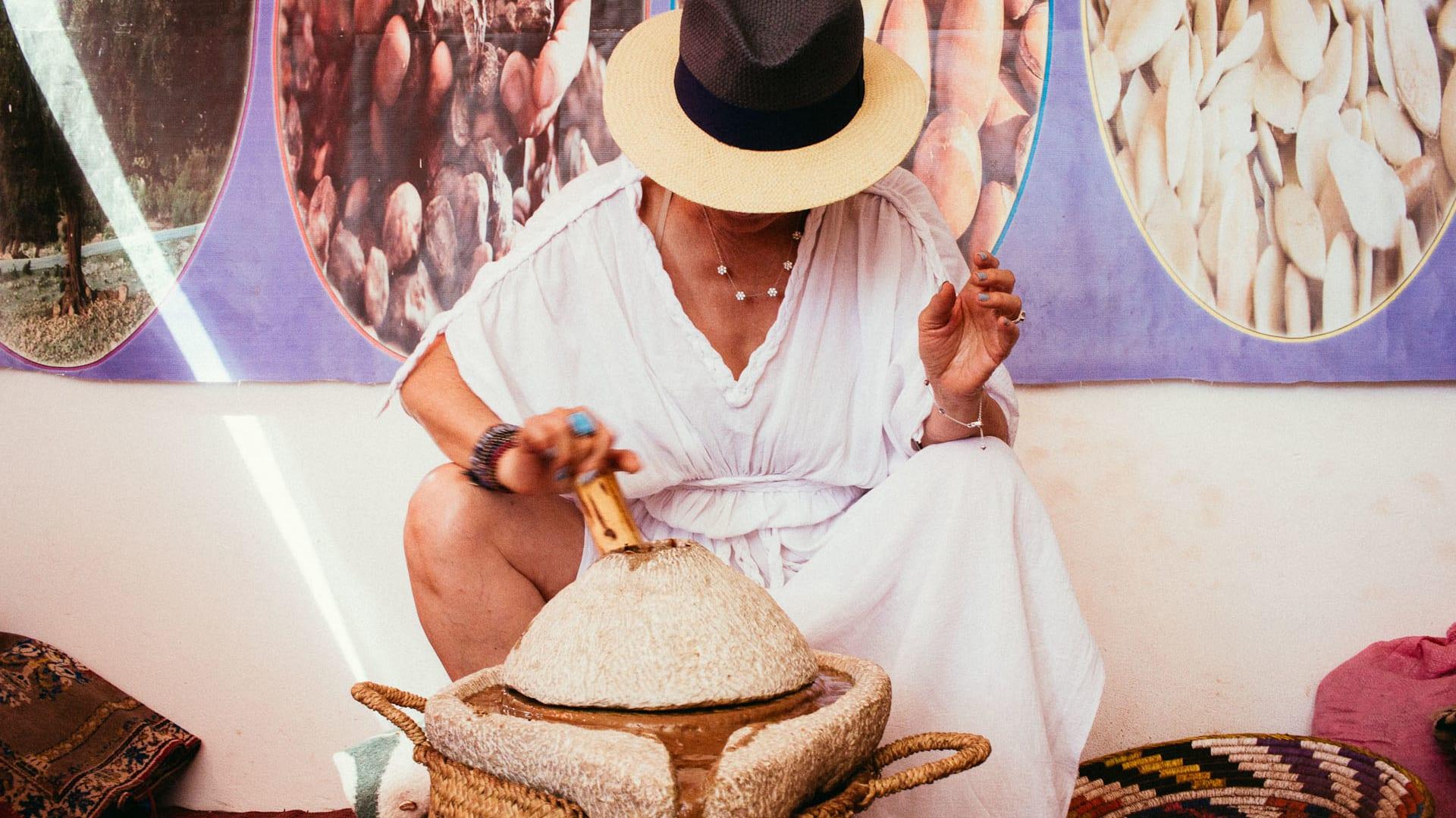 سحر الحياة البسيطة.. استكشف كيفية إنتاج هذالسائل الذهبي الثمين بهذه المزرعة بالمغرب