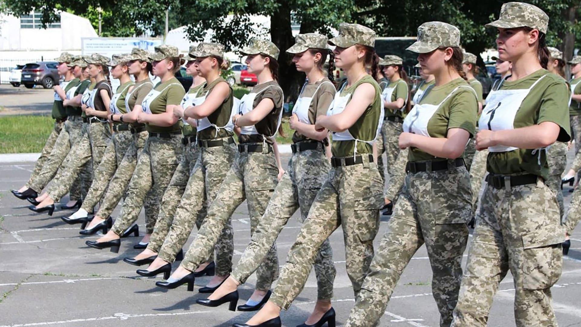 مذيعة CNN: مطالبة أوكرانيا المجندات بارتداء الكعب العالي هو تمييز على أساس الجنس