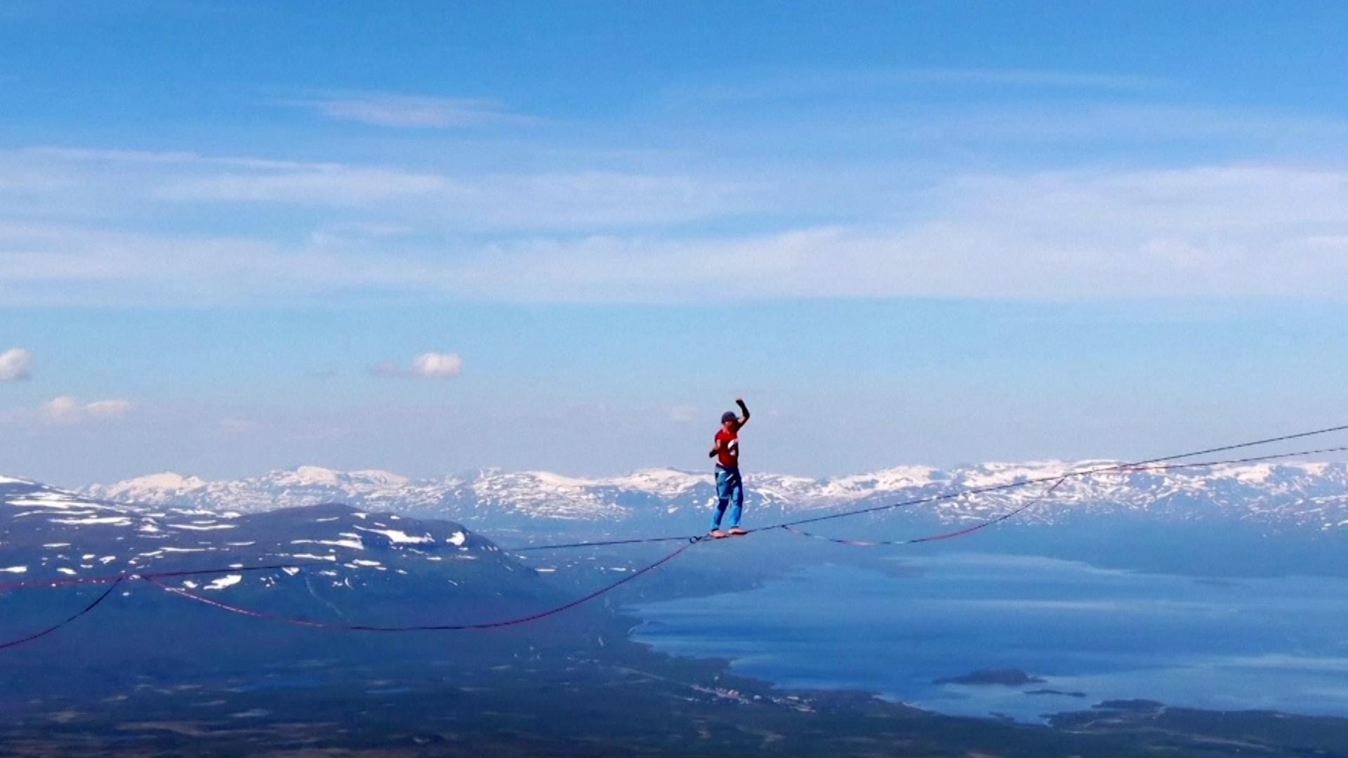 قطعوا أكثر من كيلومترين على حبل مشدود.. فريق سويدي يحقق رقمًا قياسيًا