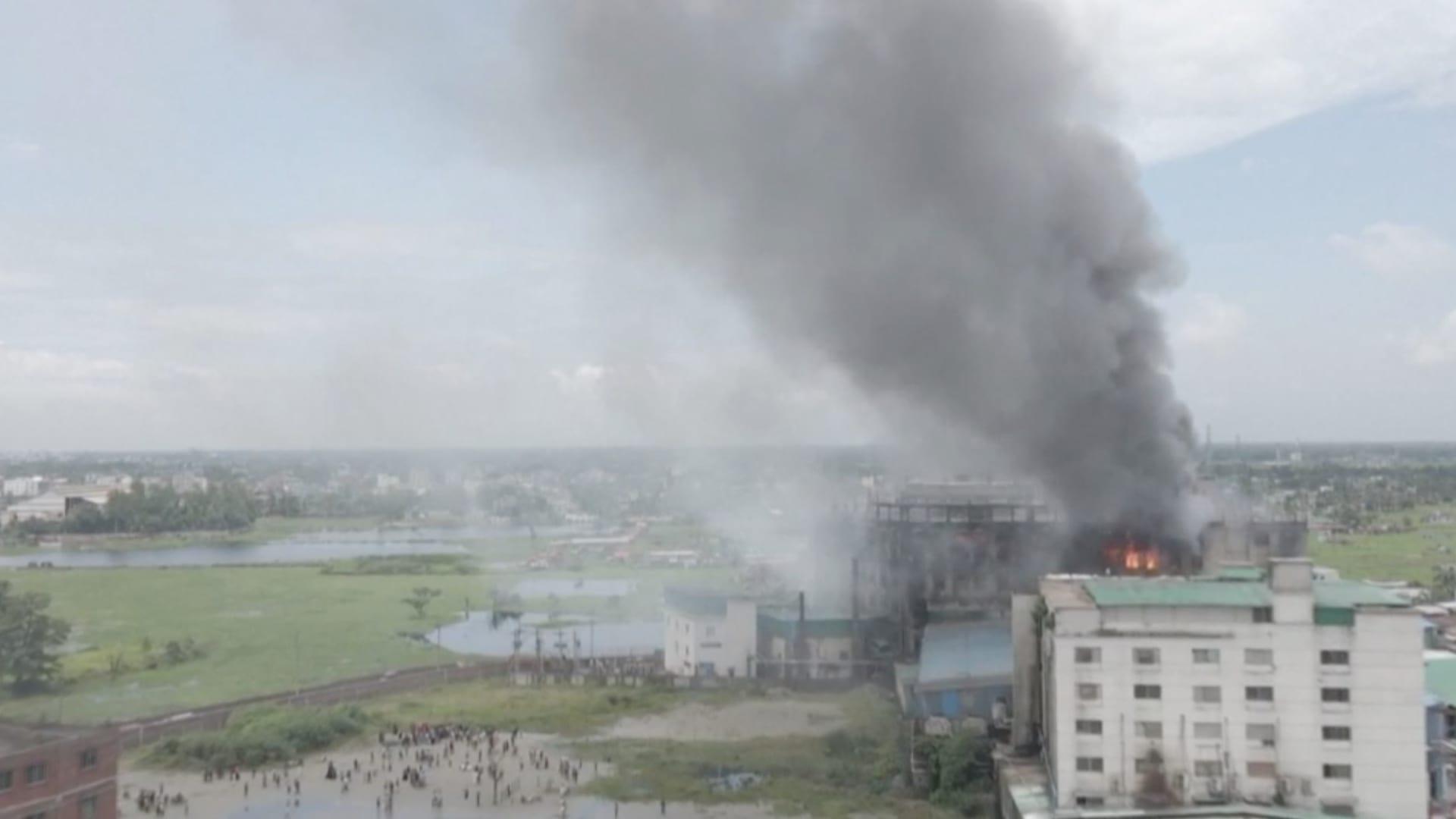 بنغلاديش حريق في مصنع عصير يودي بحياة 52 شخصًا وإنقاذ 25 آخرين