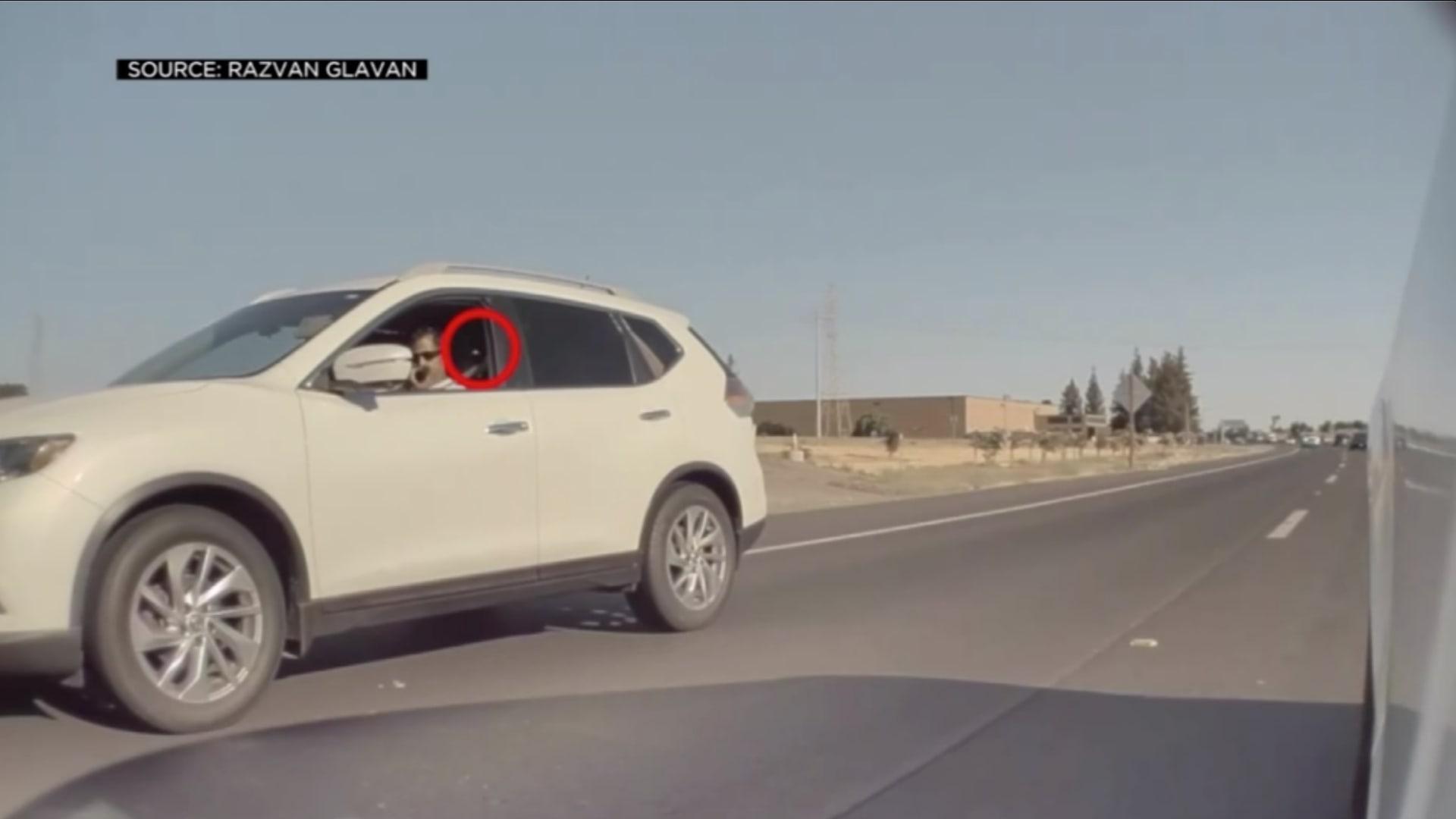 فيديو يُظهر سائقًا يطلق مقذوفًا من سيارته ويحطم زجاج سيارة أخرى