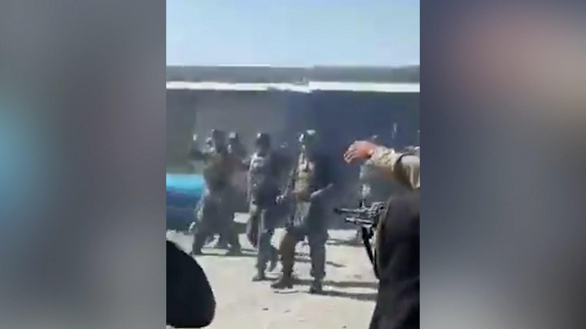لقطات مصورة للحظة قيام مقاتلي حركة طالبان بإعدام 22 من قوات الكوماندوز الأفغانية غير المسلحين أثناء محاولتهم الاستسلام