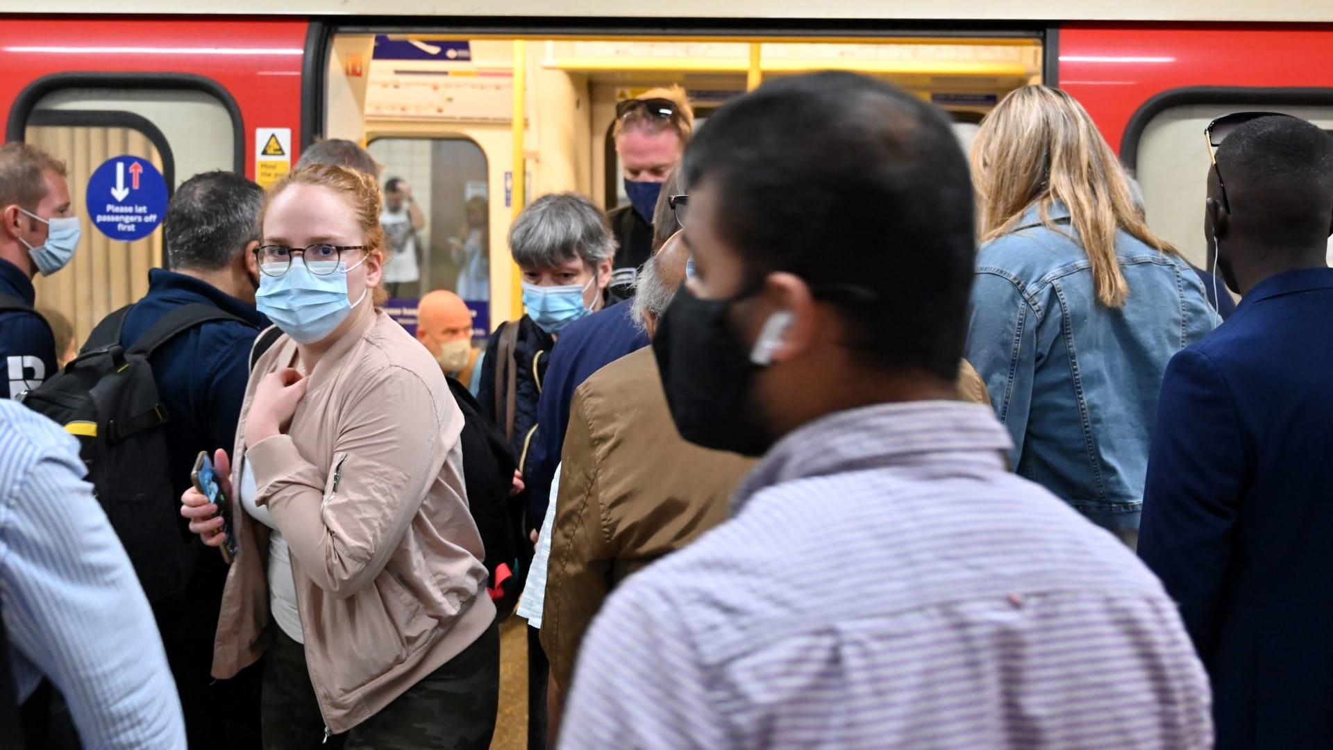 كورونا في أوروبا.. المملكة المتحدة تسجل أعلى إصابات يومية منذ يناير واحتجاجات ضد القوانين الأخيرة في فرنسا