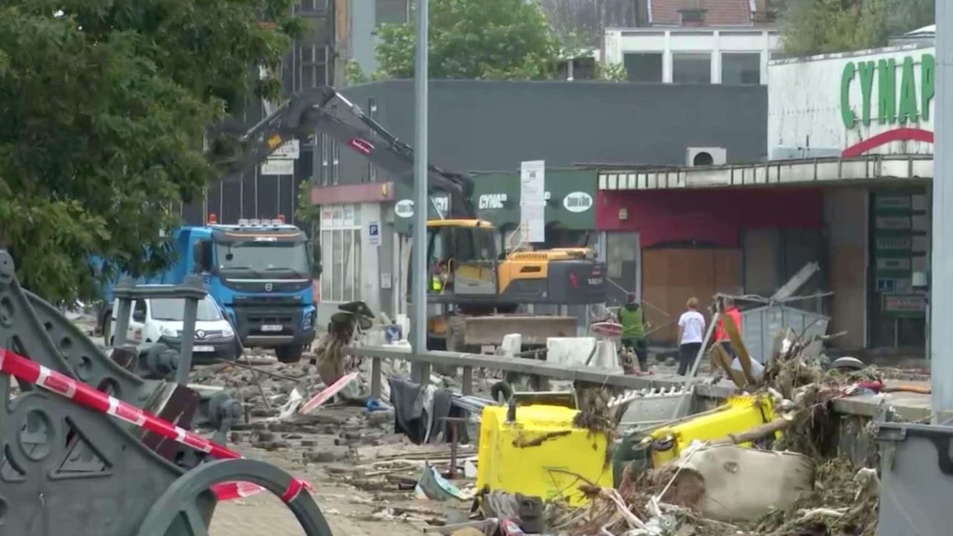 بلجيكا تستعيد الحياة بعد موجة الفيضانات الكارثية.. هكذا تجري إزالة آثار الدمار