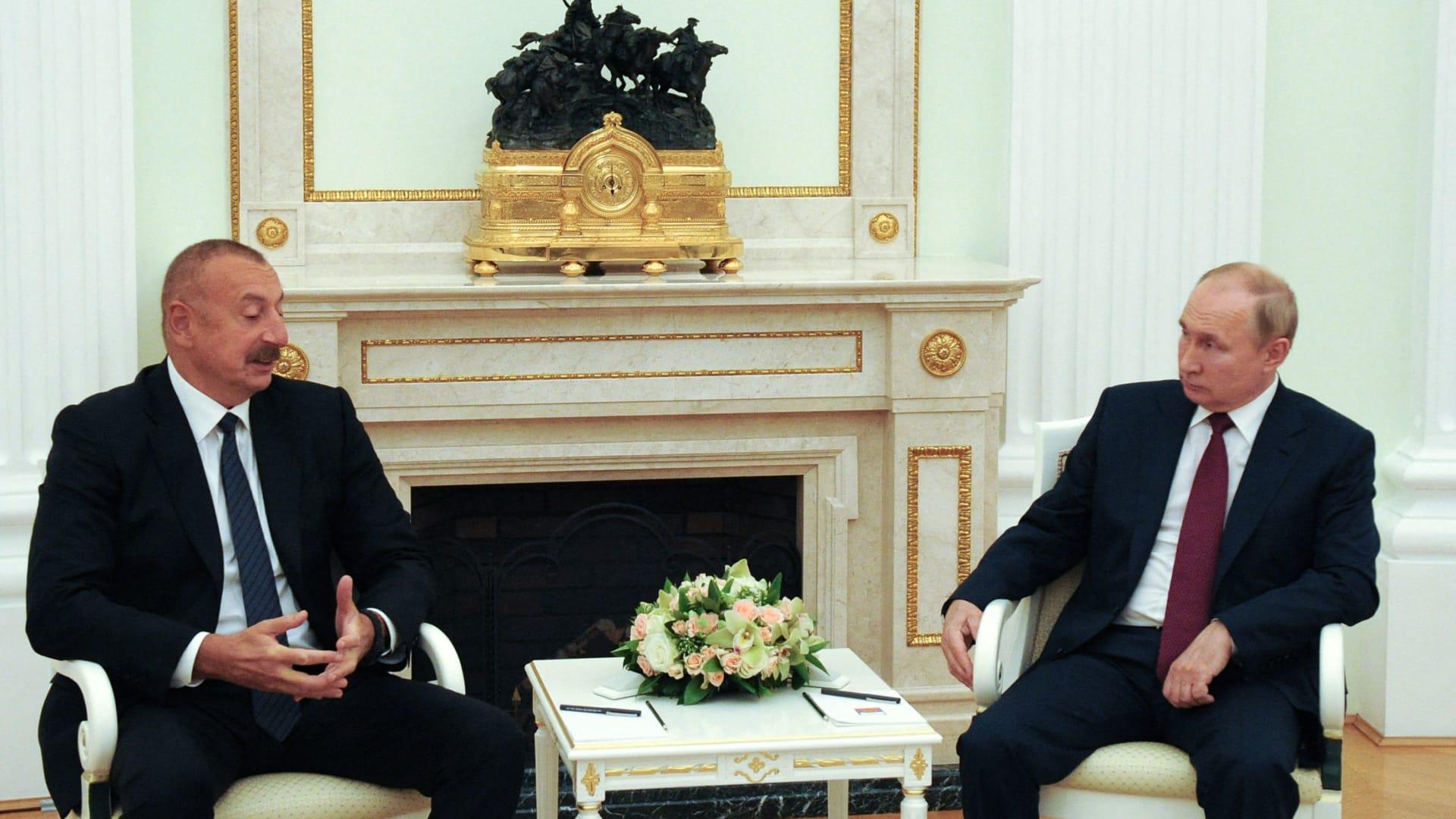 بوتين وعلييف (يسار) الصورة