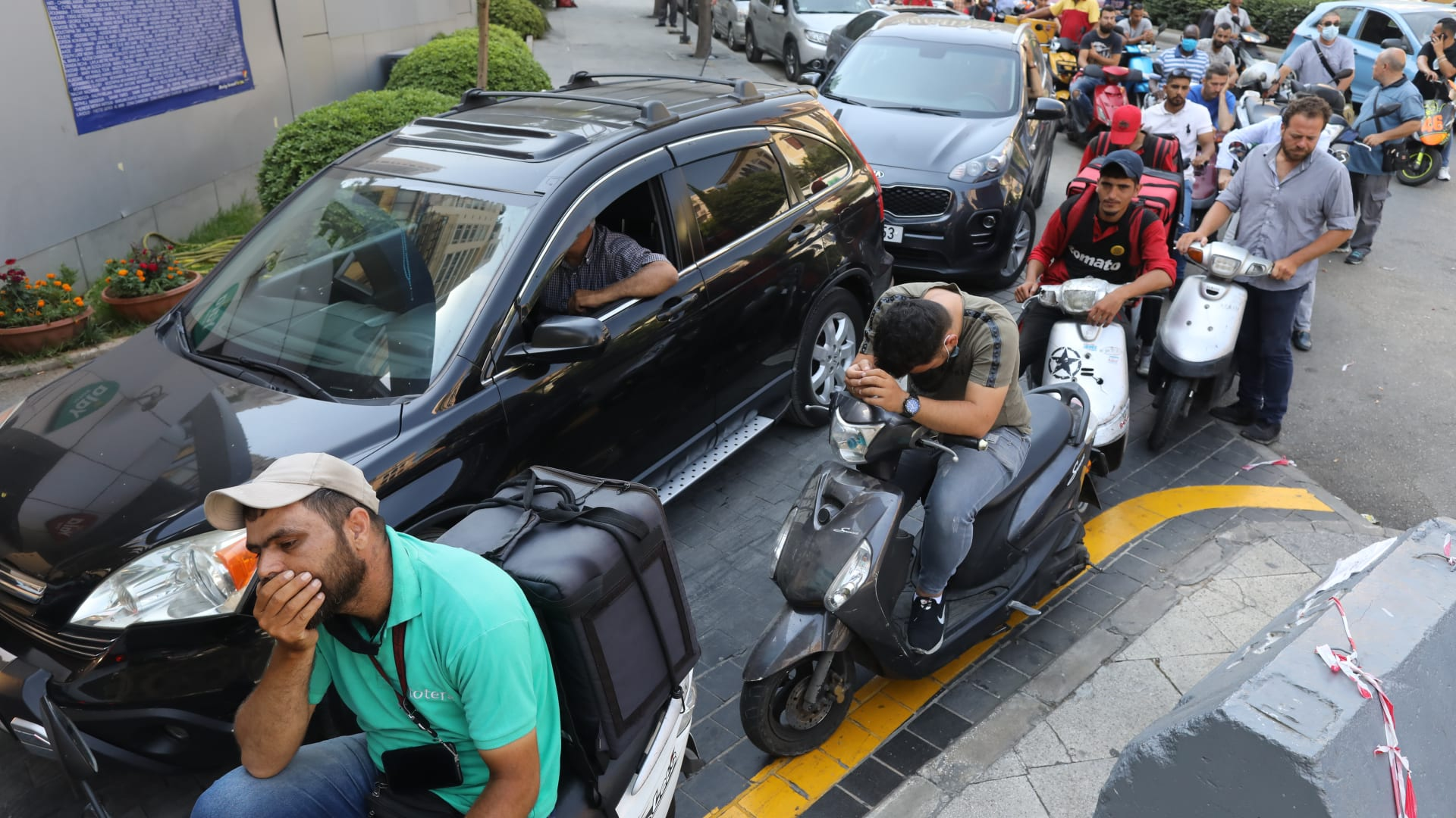 أشخاص في سيارات يصطفون للتزود بالوقود من محطة بنزين في بيروت، لبنان
