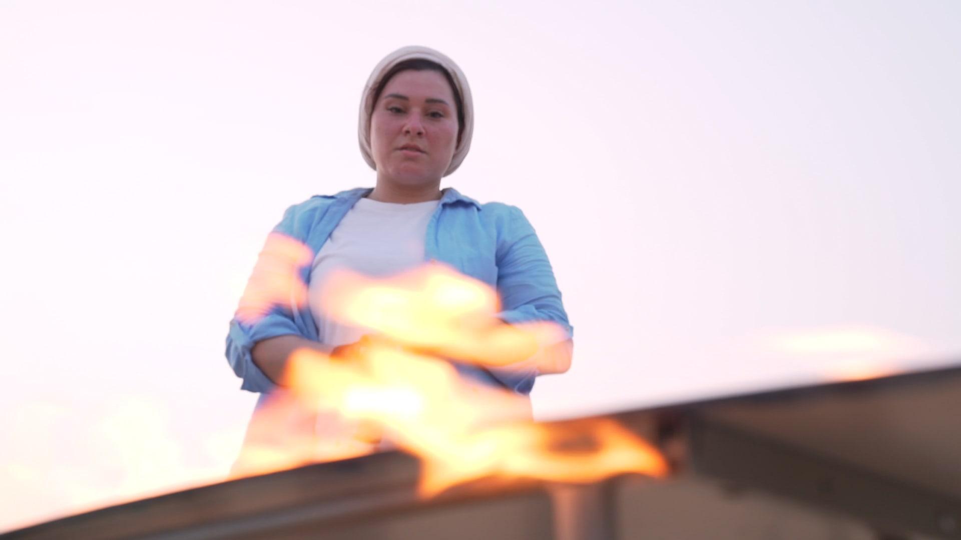 فنانة مصرية تشعل النار في أعمالها الفنية بصحراء دبي.. لماذا؟