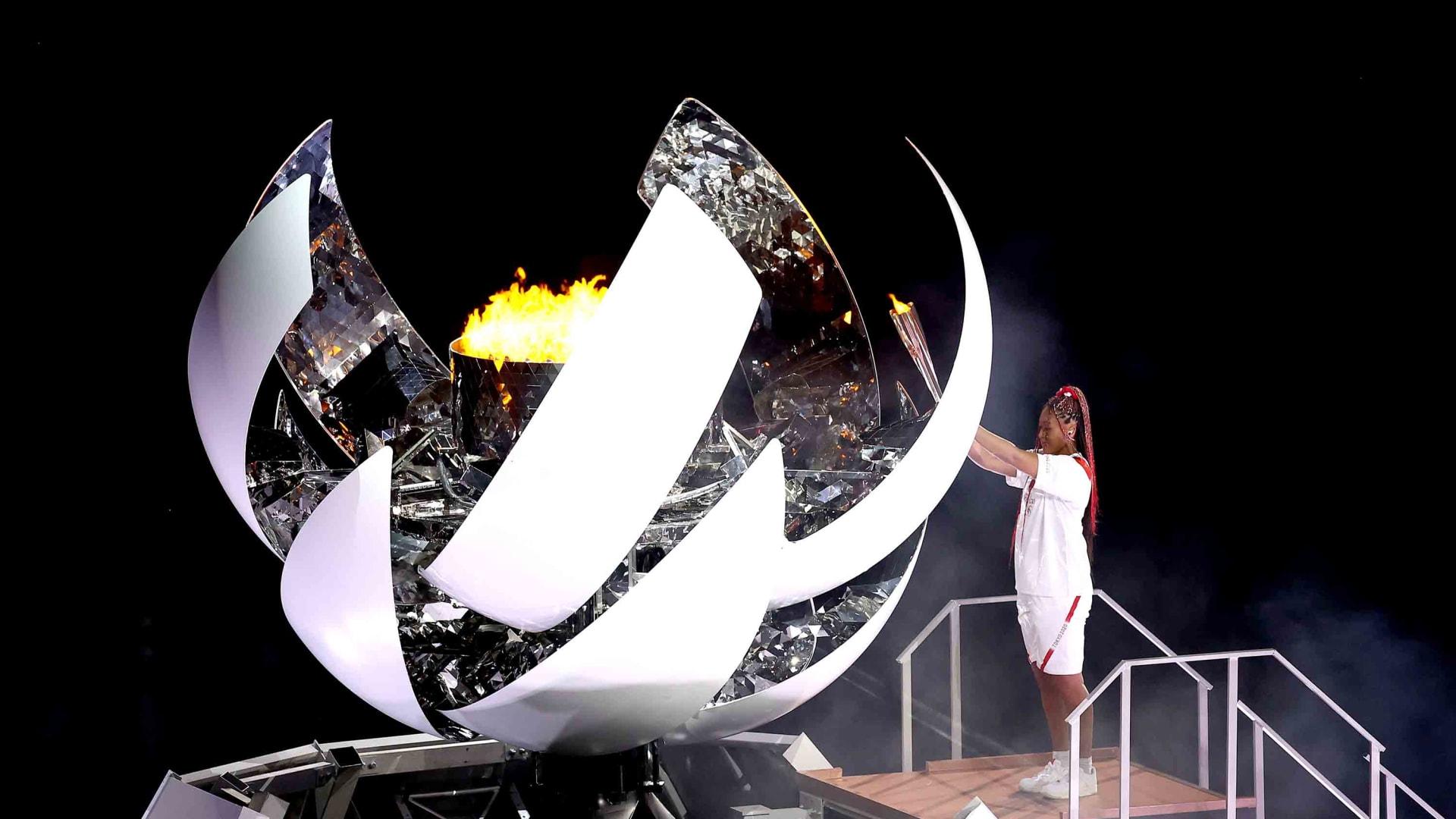 نعومي أوساكا تشعل المرجل الأولمبي