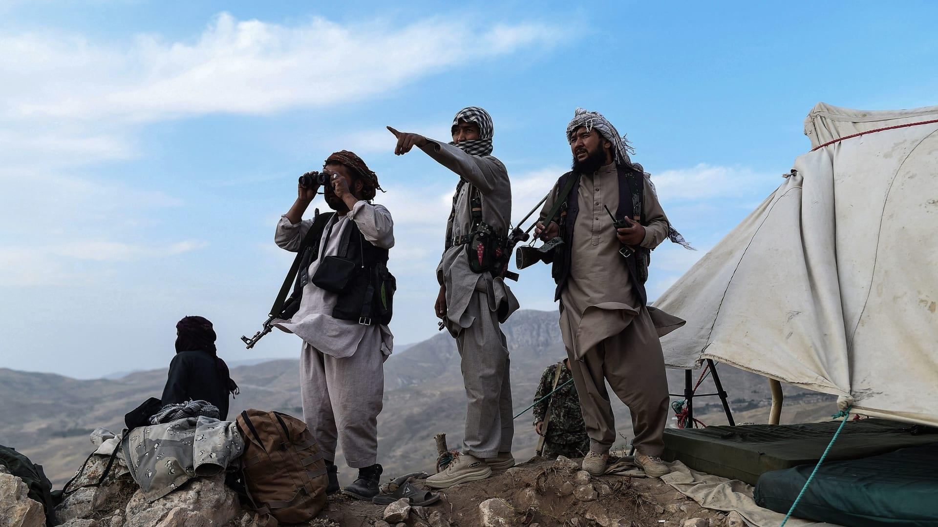 في هذه الصورة التي التقطت في 15 يوليو/ تموز 2021، يراقب مقاتلو الميليشيات الأفغانية في موقع ضد متمردي طالبان في منطقة تشاركينت في مقاطعة بلخ