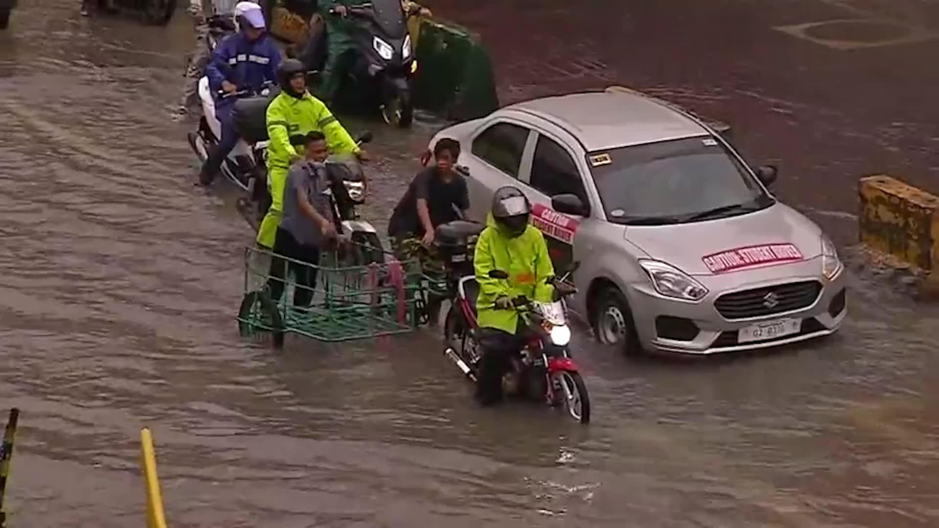 مصرع شخص ونزوح الآلاف بعد فيضانات هائلة بالفلبين