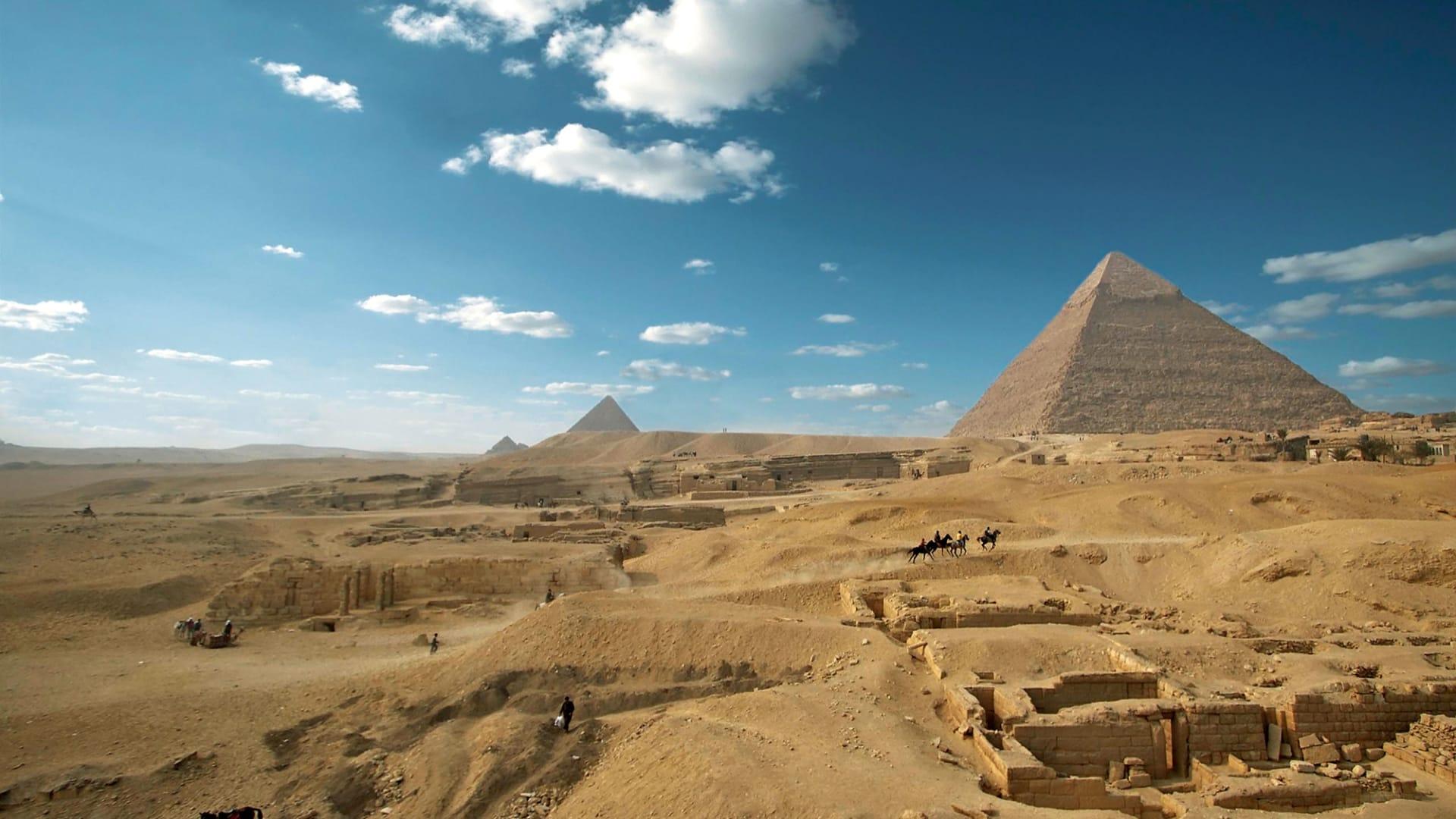 عجائب العالم القديم تلتقي بالحديث في مصر..هكذا ظهرت أهرامات الجيزة ومطار القاهرة وقناة السويس من الفضاء
