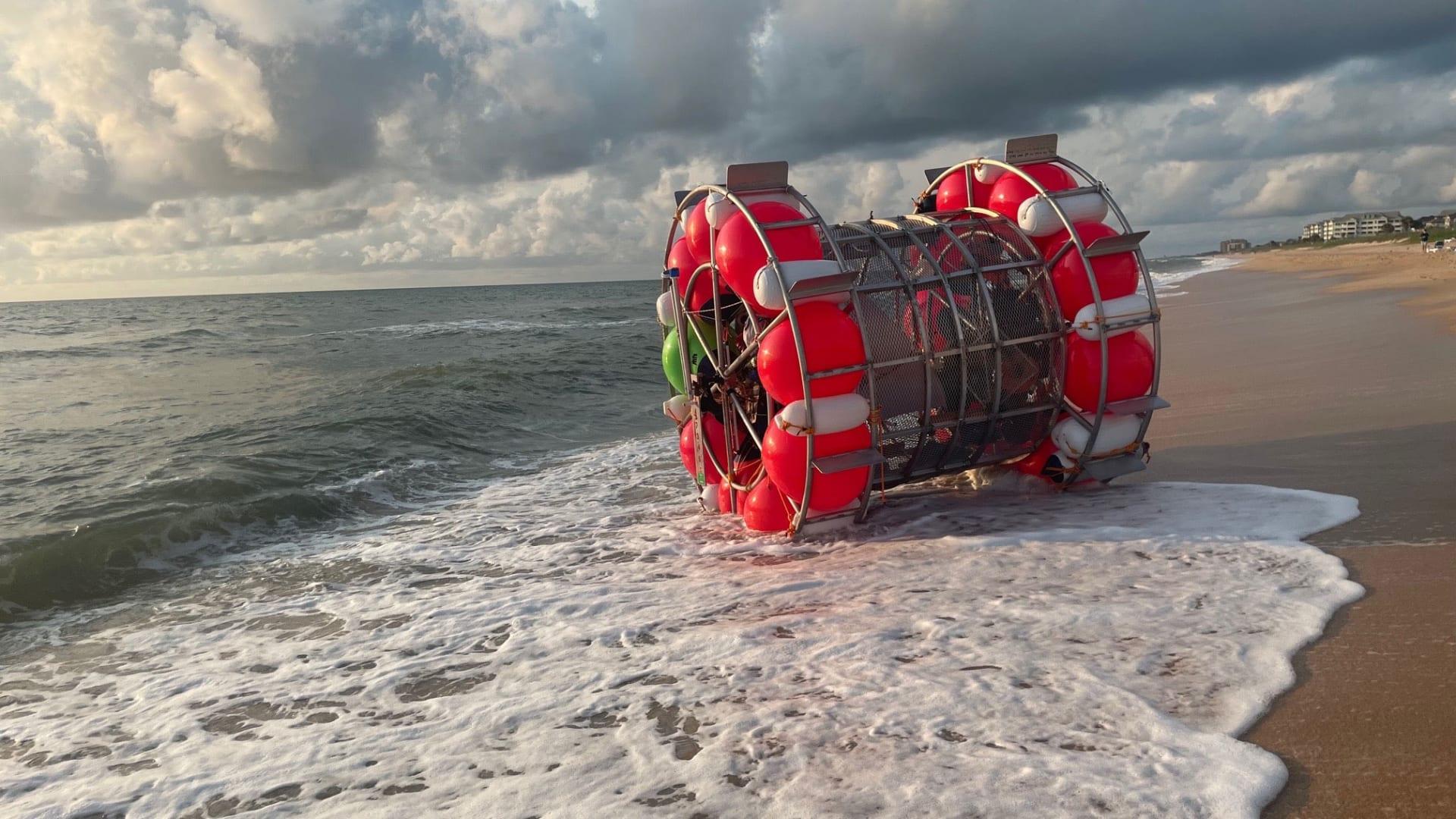 داخل مركبة تشبه عجلة الهامستر..مغامرة للسير على المياه إلى نيويرك تنتهى على شاطئ بفلوريدا