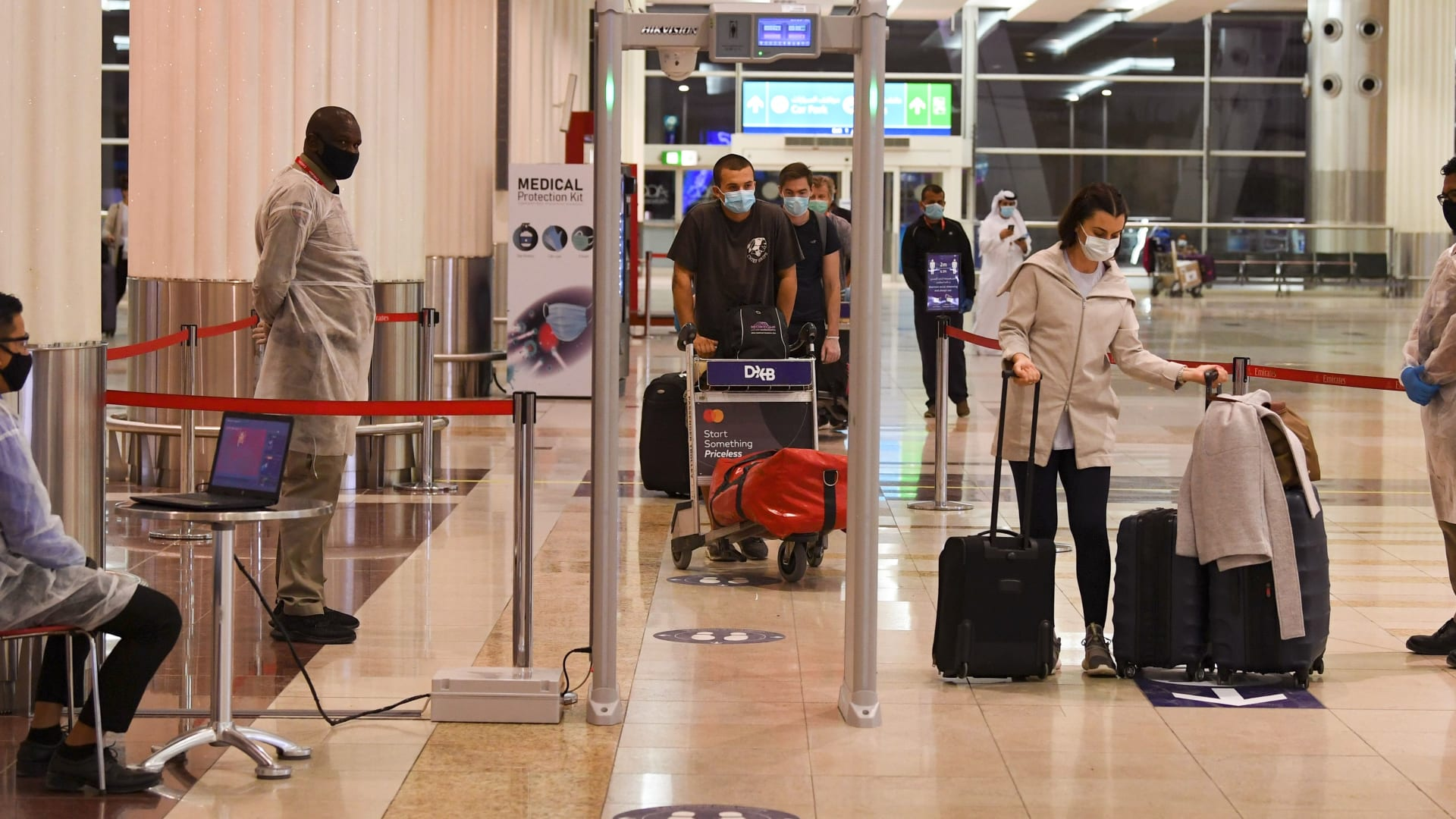 الإمارات تستثني فئات جديدة من المسافرين من بعض الدول التي منع القدوم منها.. من هم؟