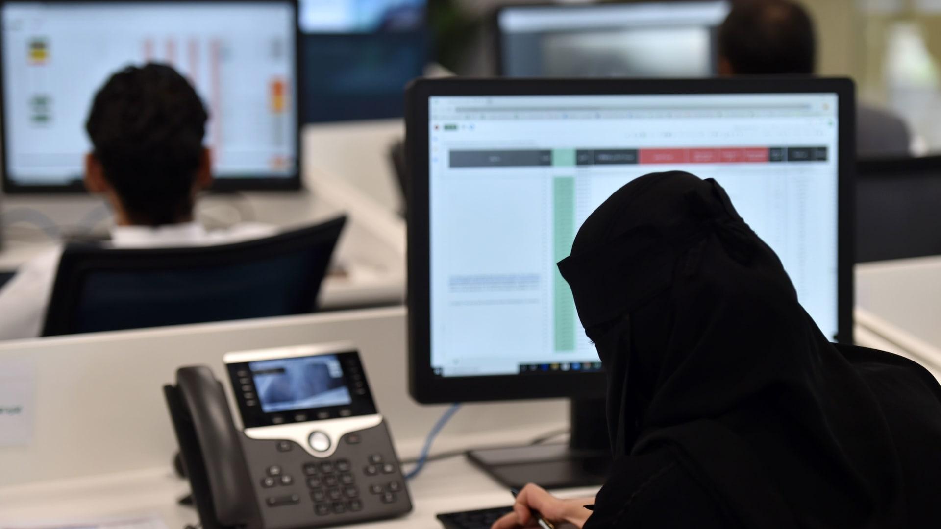 صورة أرشيفية تعبيرية لموظفين في السعودية