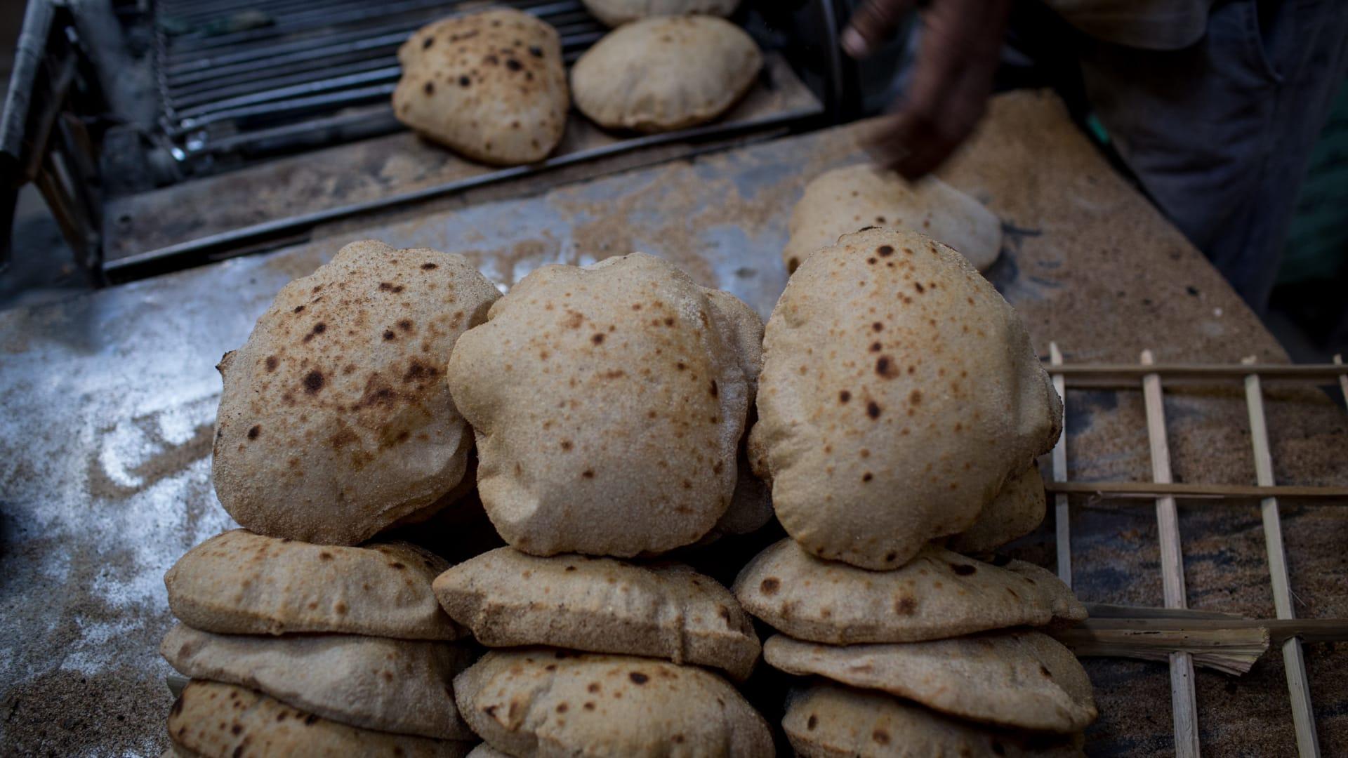 صورة أرشيفية لخبز في مخبز بمصر