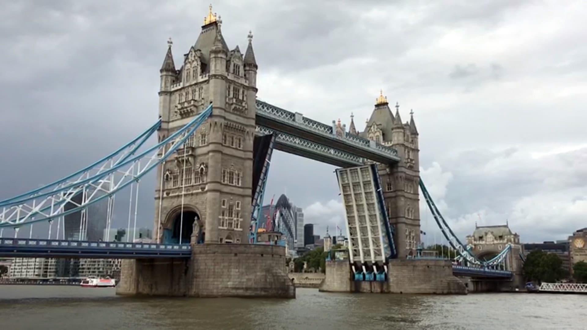 طوابير من السيارات والمشاة.. خلل فني يتسبب بترك جسر لندن الشهير عالقًا دون إغلاق