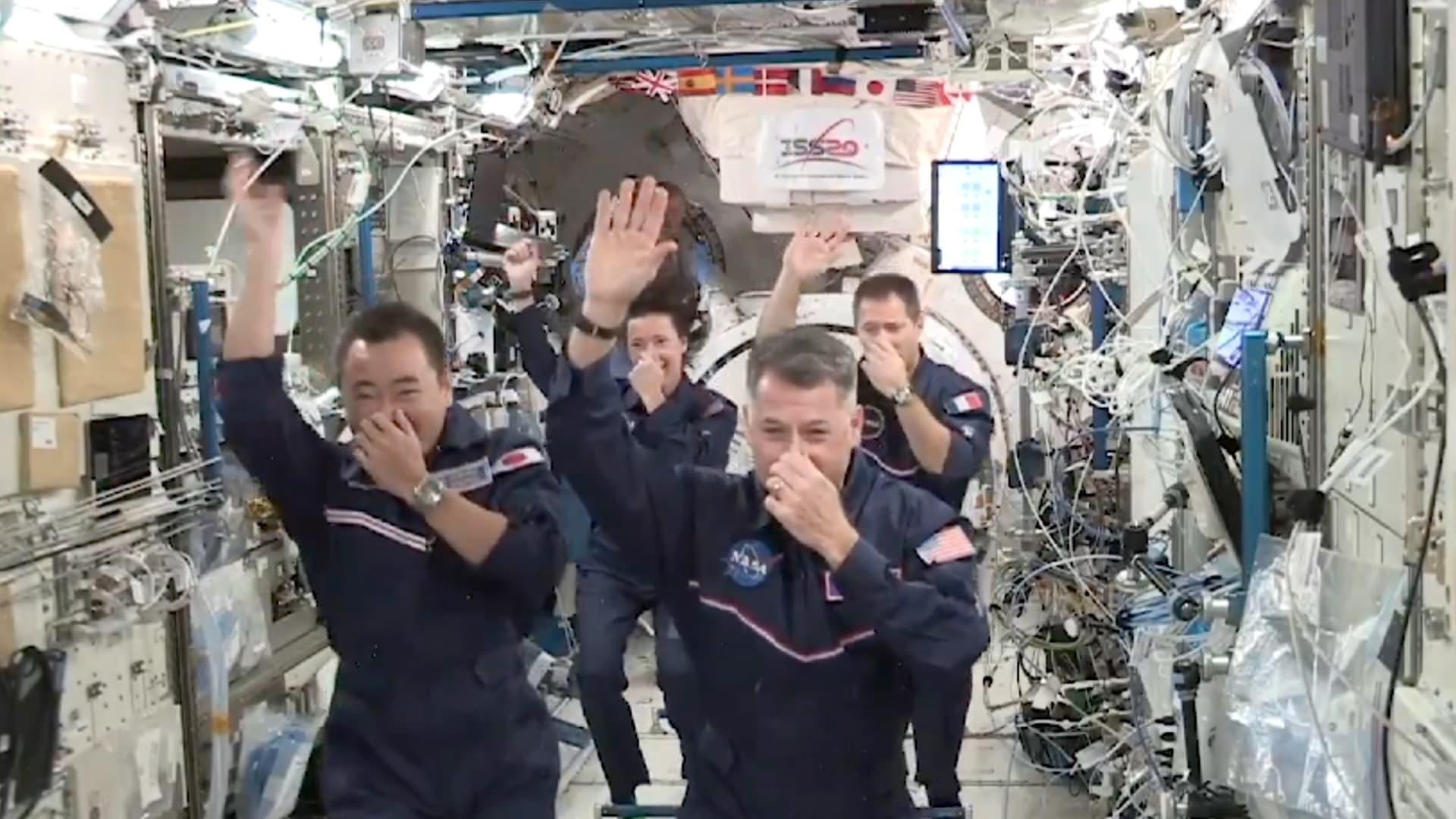 أولمبياد في الفضاء مع انعدام الجاذبية.. رواد الفضاء يسخرون من الألعاب الأولمبية