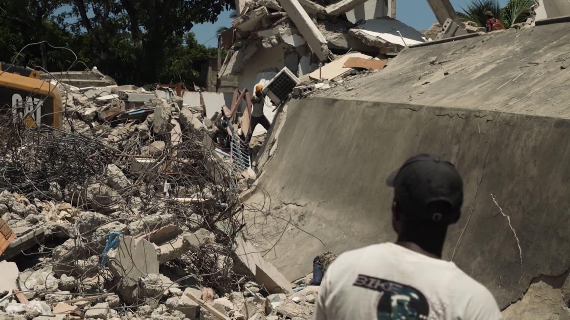 زلزال هايتي.. البعض يحاول الحفر للمساعدة وآخرون يبحثون عن الخردة المعدنية ومكيفات الهواء
