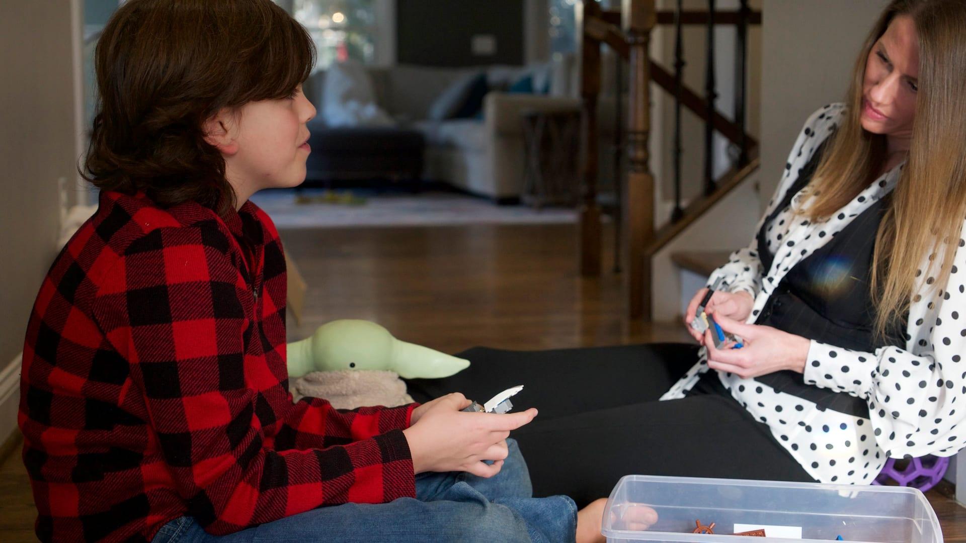 معدلات الاكتئاب والقلق لدى المراهقين تضاعفت وسط كورونا.. كيف يمكن للوالدين مساعدة أطفالهم؟